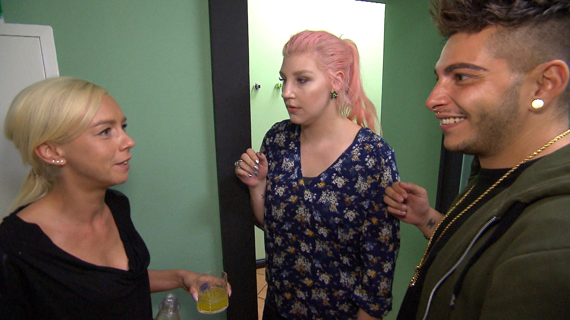 Als Peggy Paula und Rick von ihren Kinderplänen mit Theo erzählt, reagieren die beiden sehr verhalten. (Quelle: RTL 2)