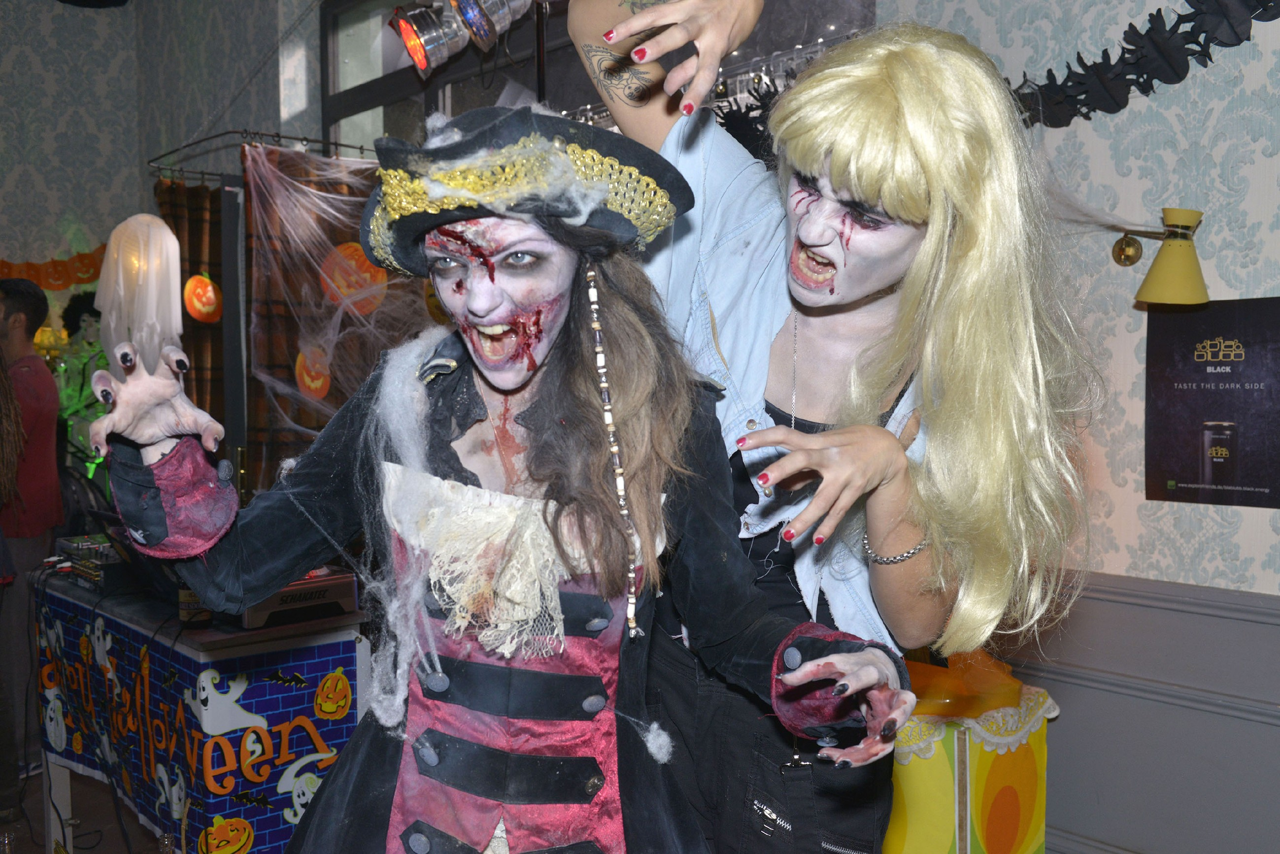 Emily (Anne Menden, l.) und Anni (Linda Marlen Runge) haben sich gruselig-morbide kostümiert und amüsieren sich auf einer Halloweenparty.
