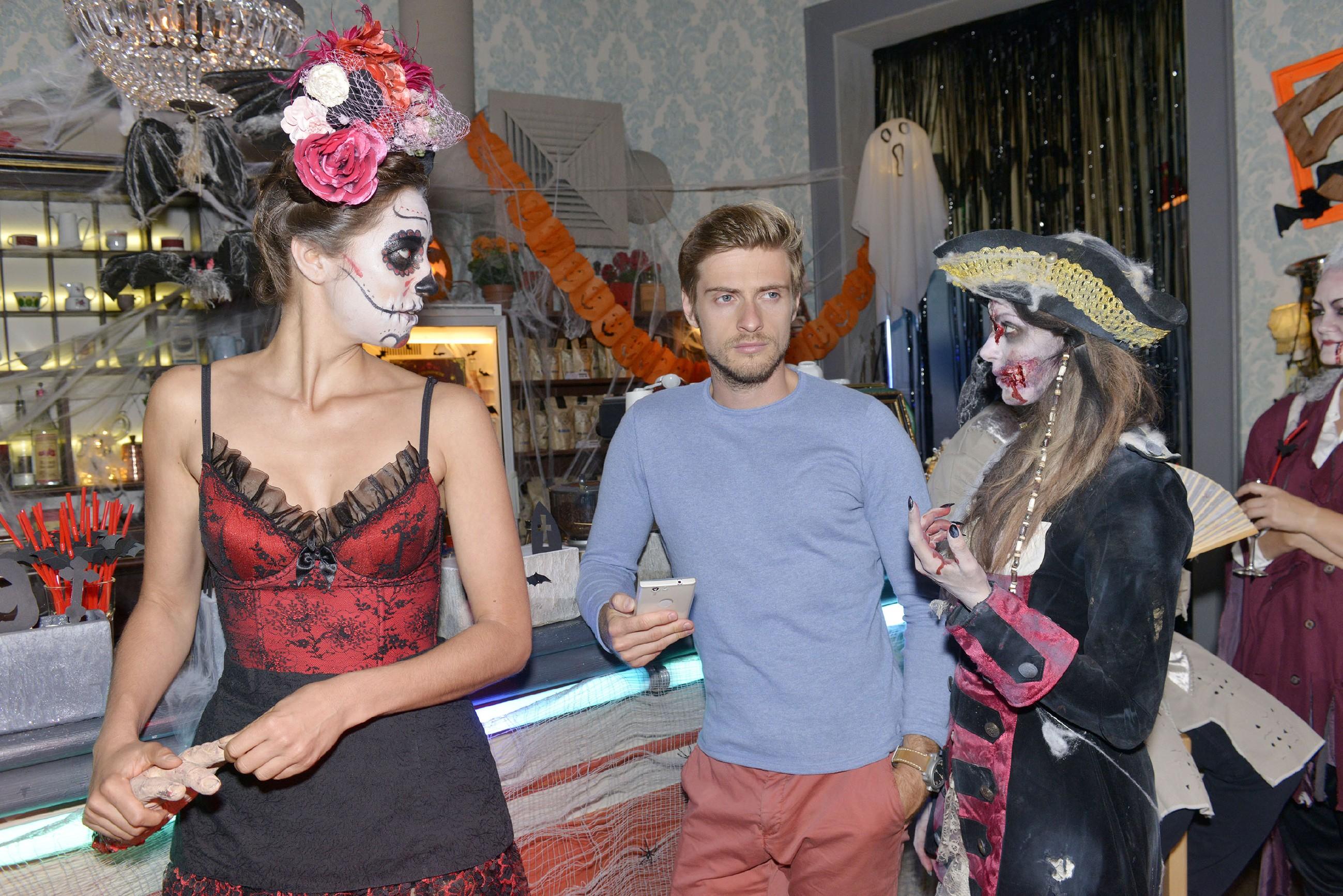Als Elena (Elena Garcia Gerlach, l.) mitbekommt, wie Emily (Anne Menden) vergeblich versucht, Philip (Jörn Schlönvoigt) zu beruhigen, wird ihr klar, dass ihre Intrige aus dem Ruder geraten ist...