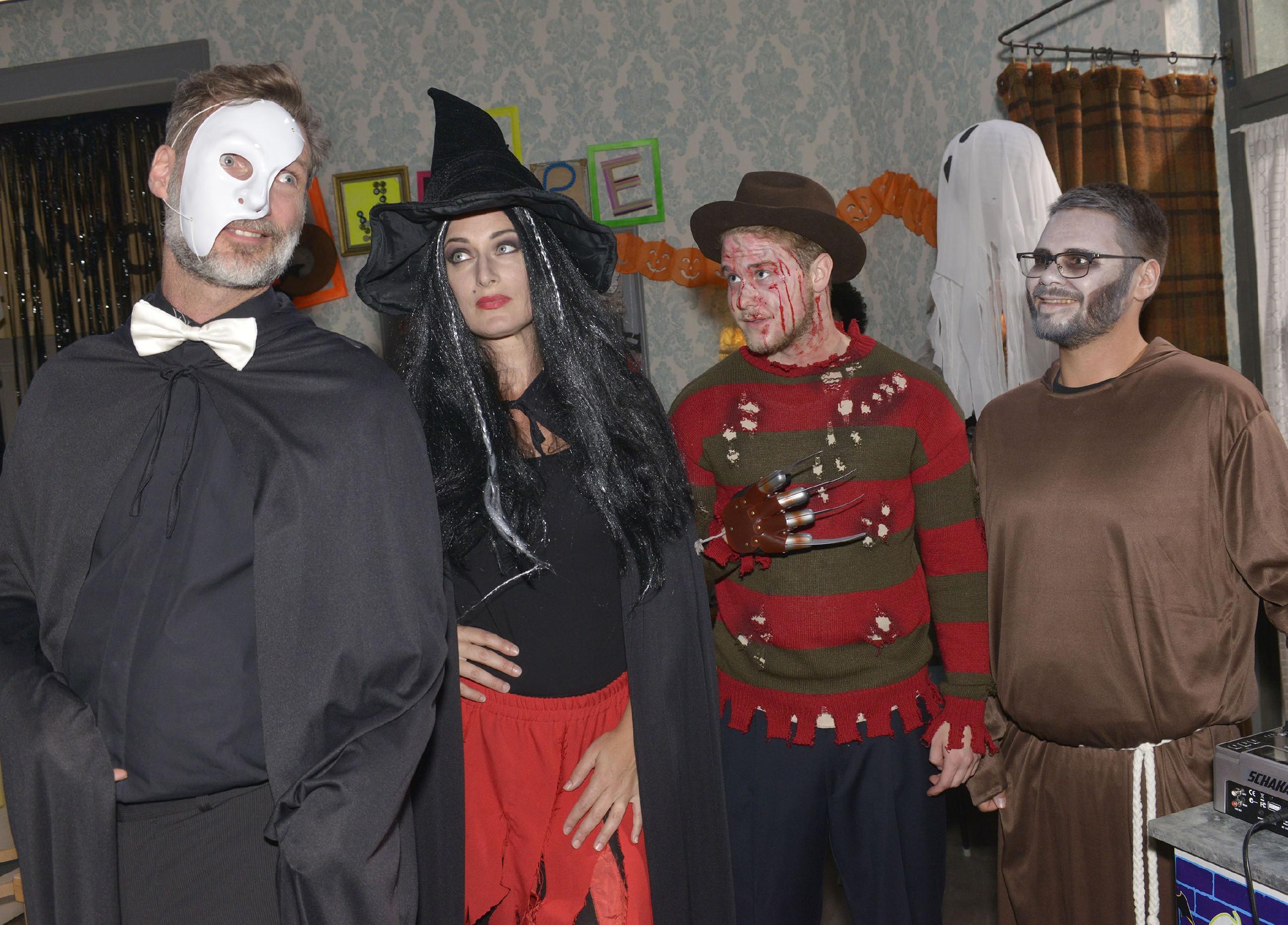 Alexander (Clemens Löhr), Maren (Eva Mona Rodekirchen), Jonas (Felix van Deventer) und Tuner (Thomas Drechsel) haben sich gruselig-morbide kostümiert und freuen sich auf die Halloweenparty.