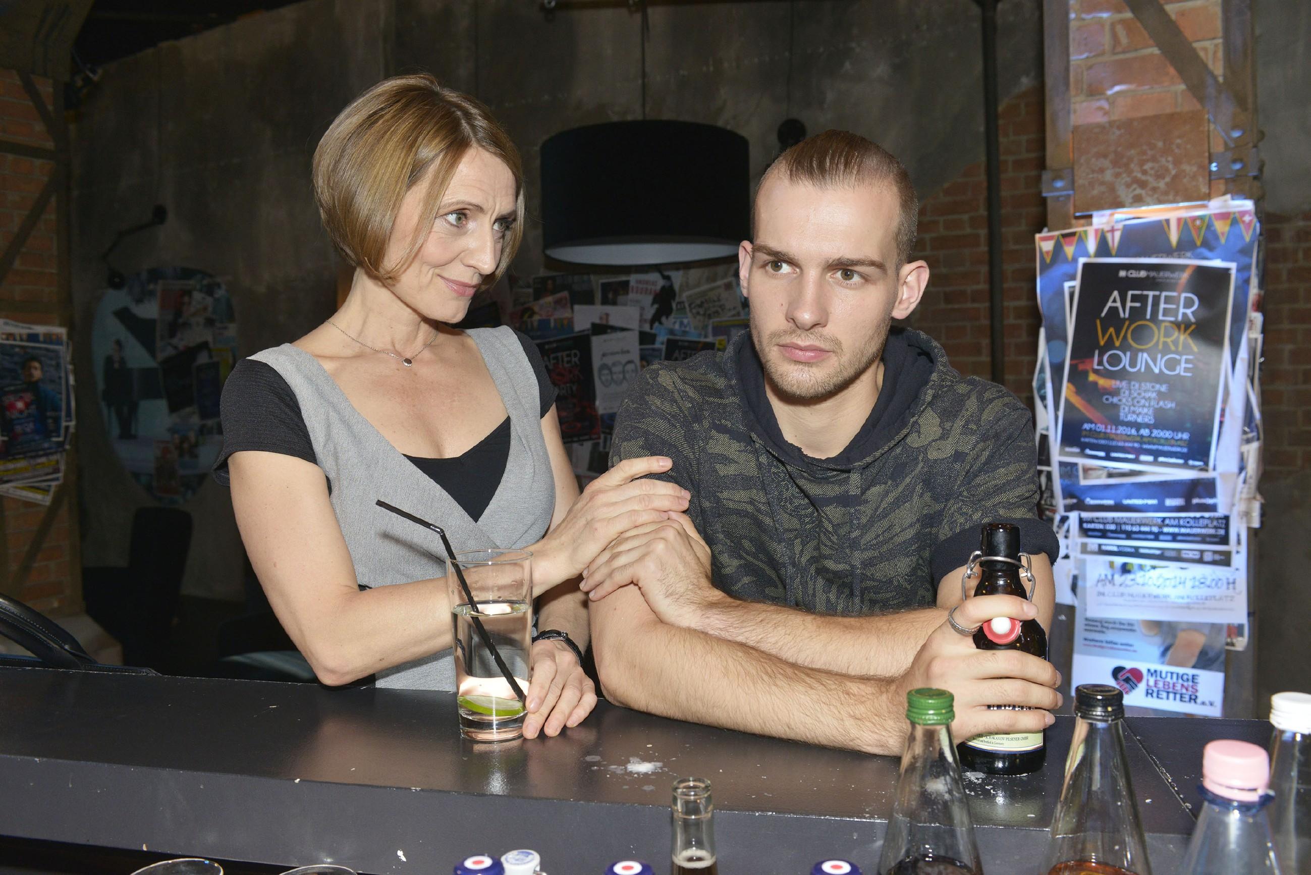 Rosa (Joana Schümer) und Chris (Eric Stehfest) teilen nach ihrer Aussprache einen nahen Moment, der Rosa Hoffnung macht, dass Chris sich doch irgendwann mit seiner Familie aussöhnen wird.