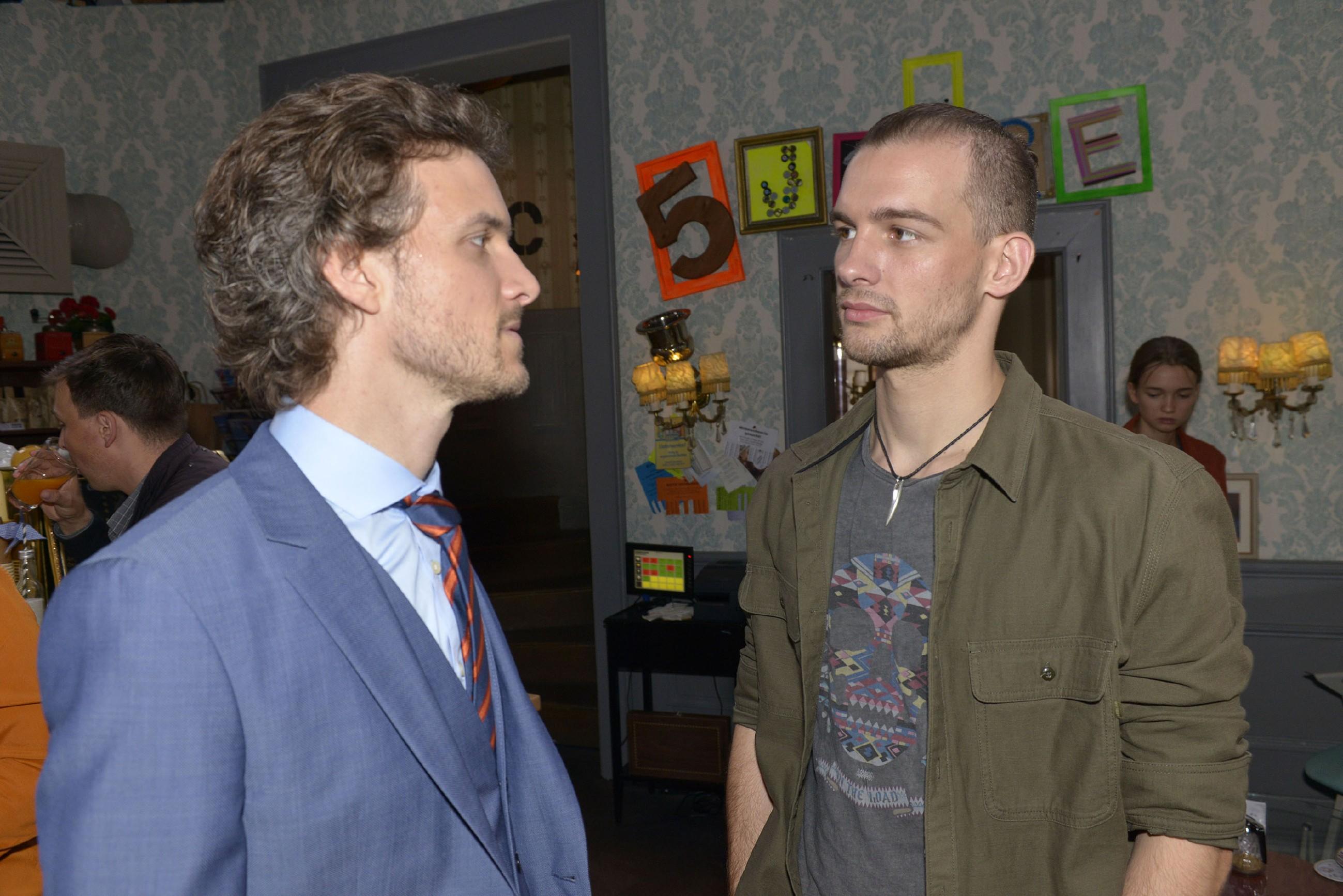 Felix (Thaddäus Meilinger, l.) und Chris (Eric Stehfest) können ihr gegenseitiges Misstrauen nicht ablegen.