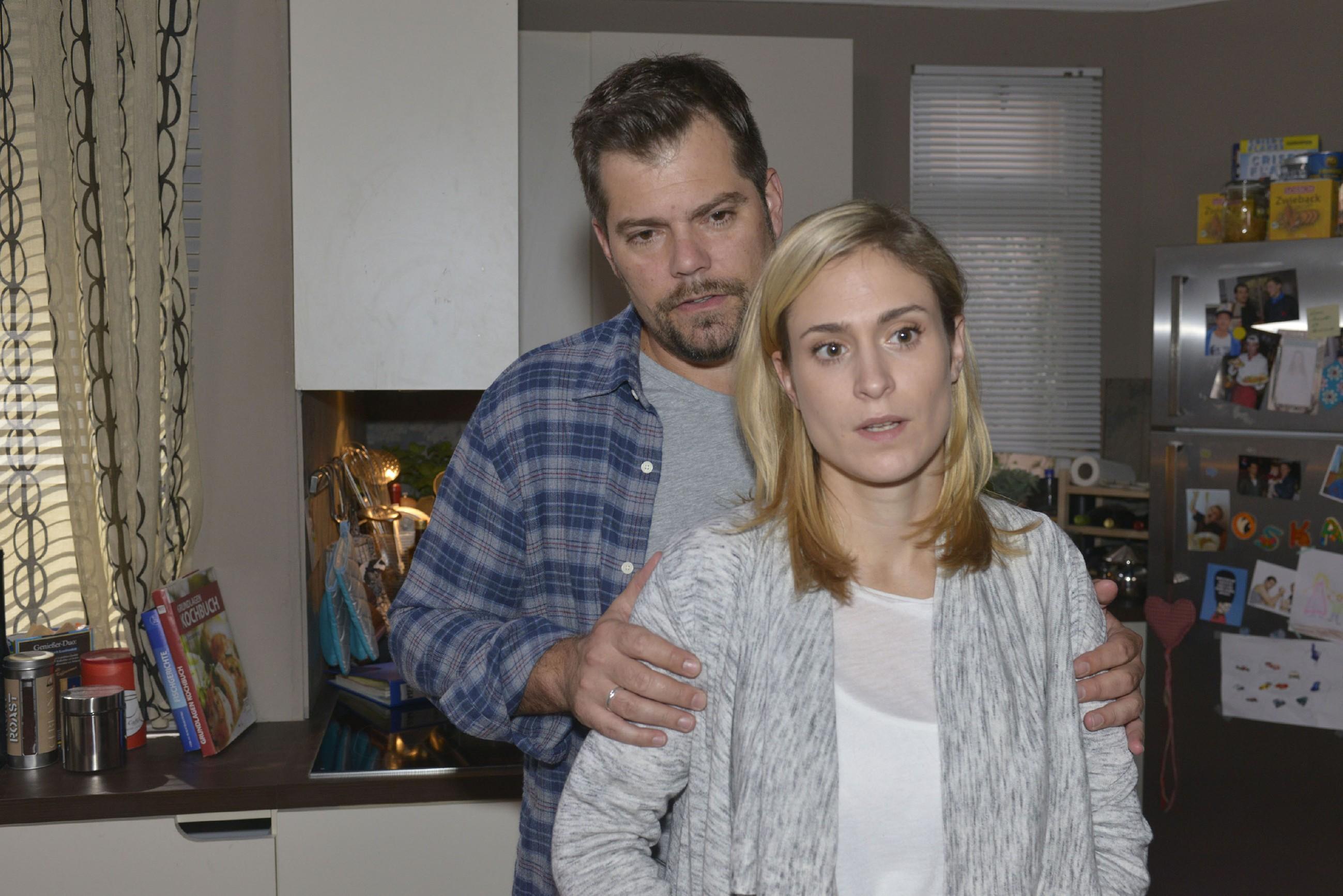 Leon (Daniel Fehlow) und Sophie (Lea Marlen Woitack) versuchen sich nicht verrückt zu machen, bis die endgültigen Ergebnisse der Fruchtwasseruntersuchung vorliegen.