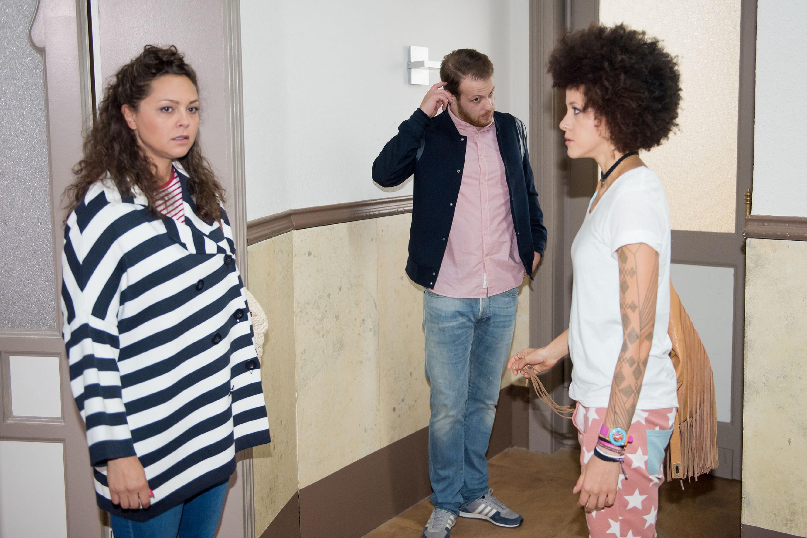 Zwischen Tobias (Patrick Müller), Caro (Ines Kurenbach, l.) und Micki (Joy Lee Juana Abiola-Müller) kommt es zu einem unagenehmen Missverständnis.