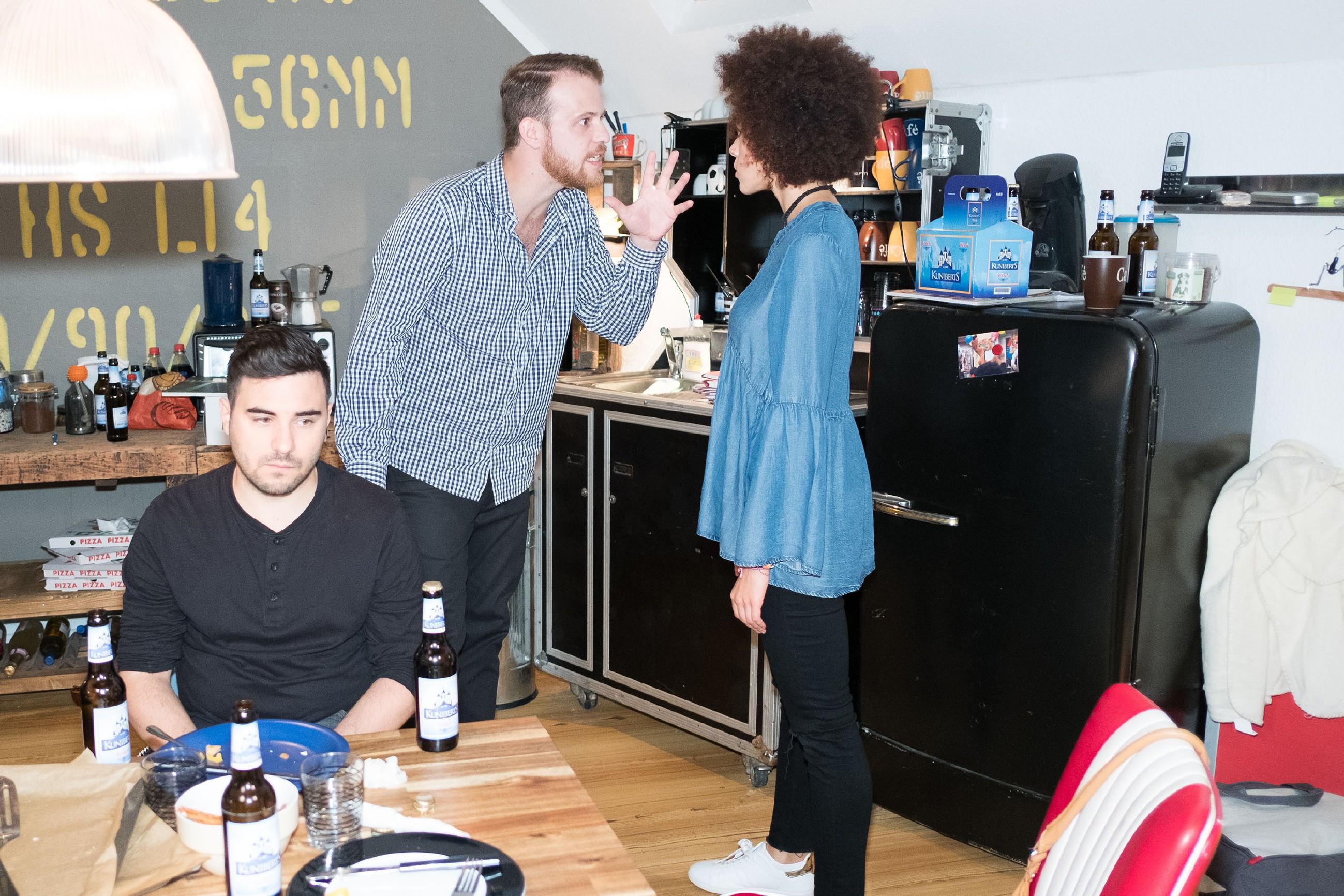 Tobias (Patrick Müller, M.) und Micki (Joy Lee Abiola-Müller) liefern sich vor Easy (Lars Steinhöfel) einen heftigen Streit.