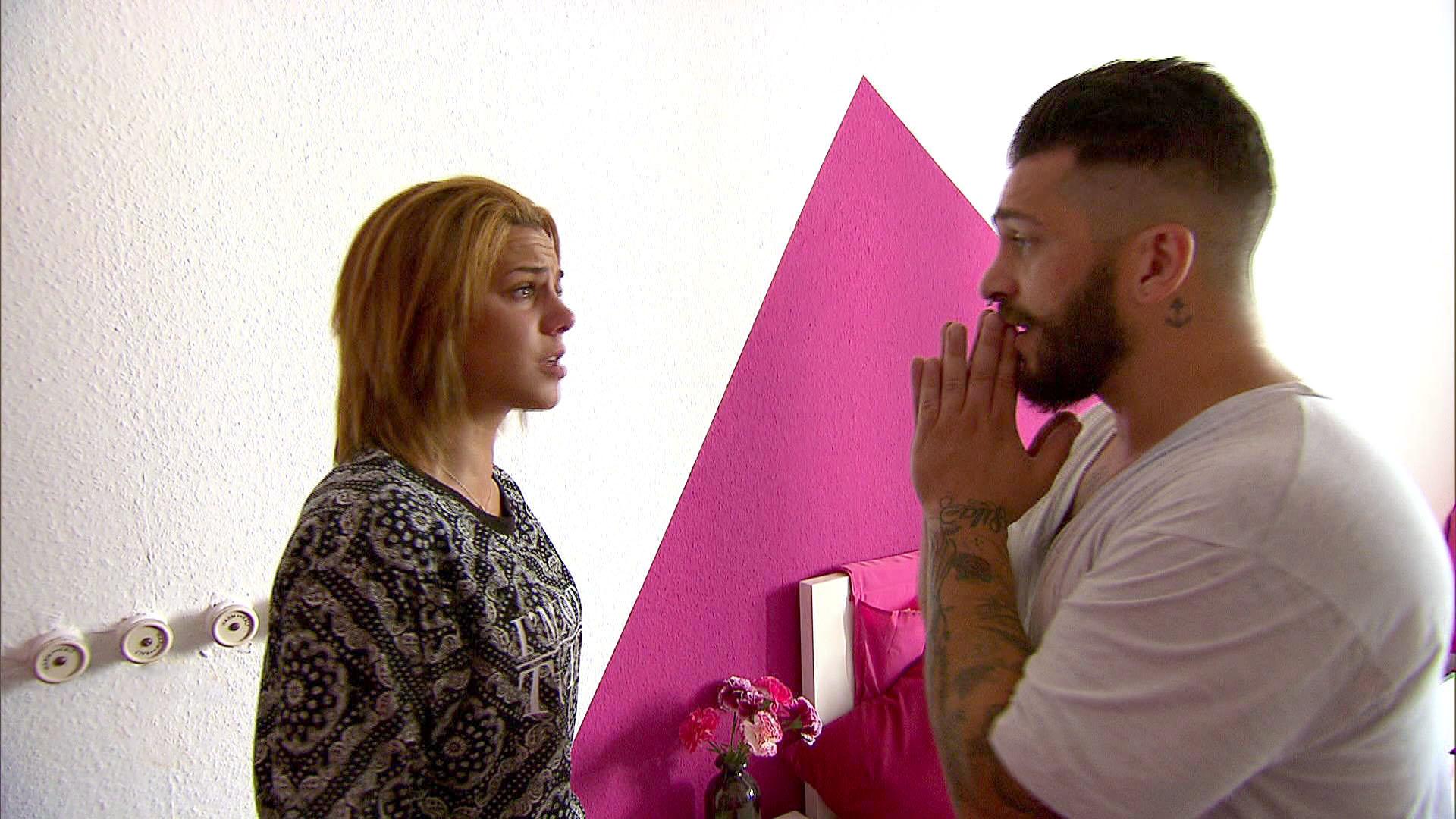 Als Sophia (li.) und Sam die WG betreten, erwischen sie Bruno (re.) bei einem Diebstahlversuch. (Quelle: RTL 2)