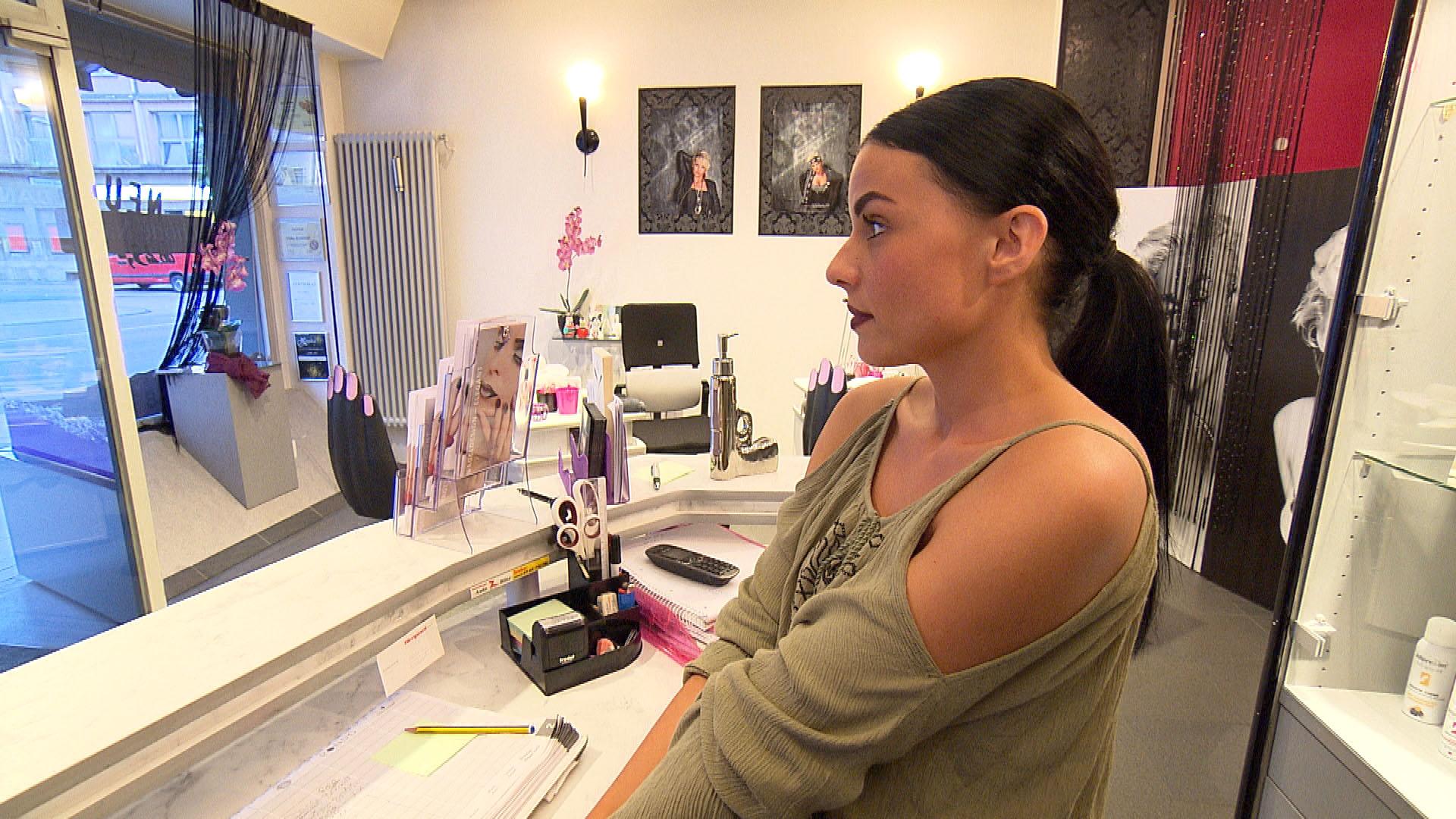 Dana hat ihren ersten Arbeitstag im Nagelstudio. (Quelle: RTL 2)