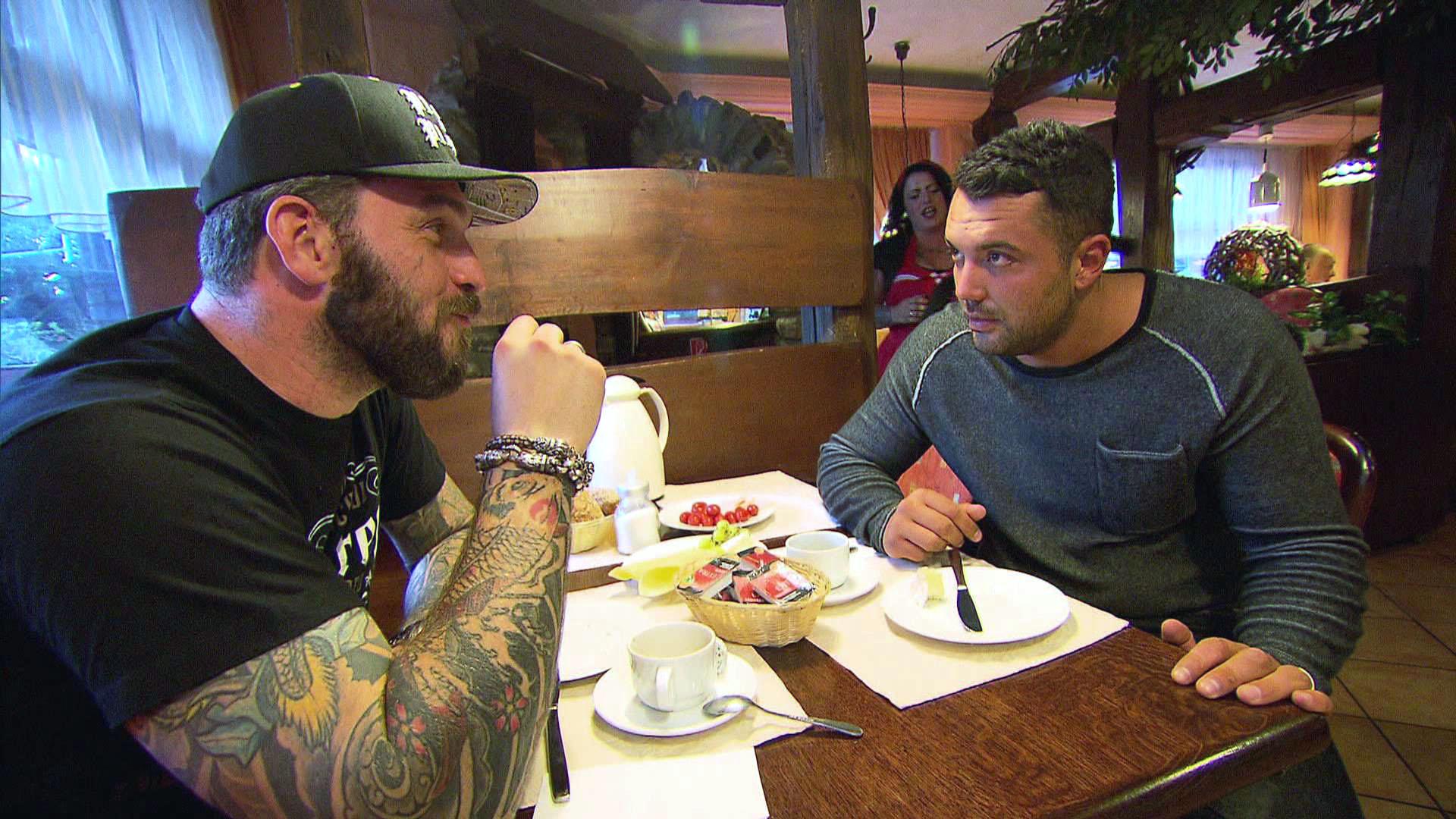 Manu (re.) wird von Alex (li.) wieder mit dem Thema konfrontiert, ob seine Beziehung mit Sam eine Zukunft hat. (Quelle: RTL 2)