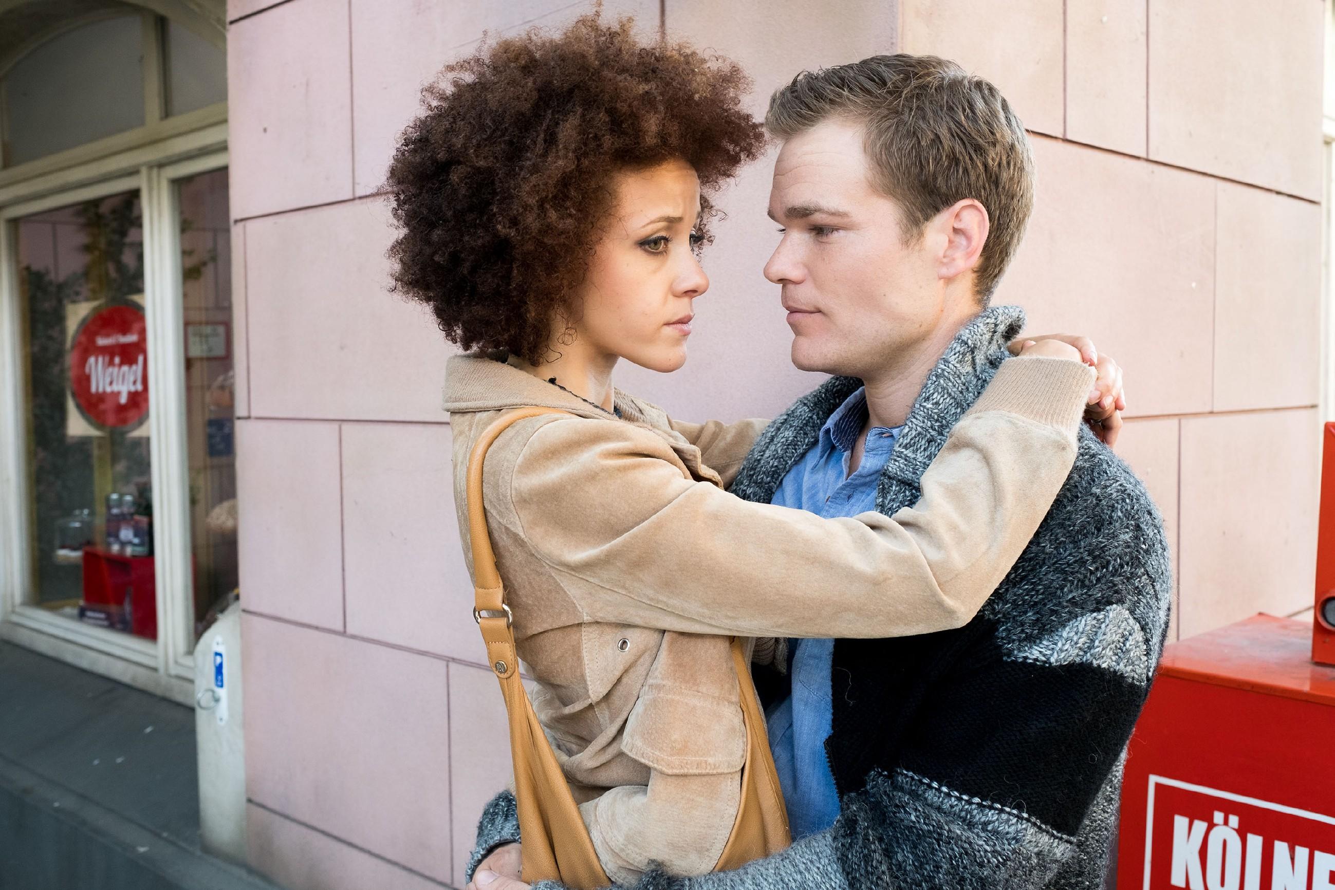 Micki (Joy Lee Müller-Abiola) versucht sich auf Sam (Tobias Schönenberg) zu konzentrieren und drückt ihre Unsicherheit bezüglich der Scheidung bemüht beiseite. (Quelle: RTL / Stefan Behrens)
