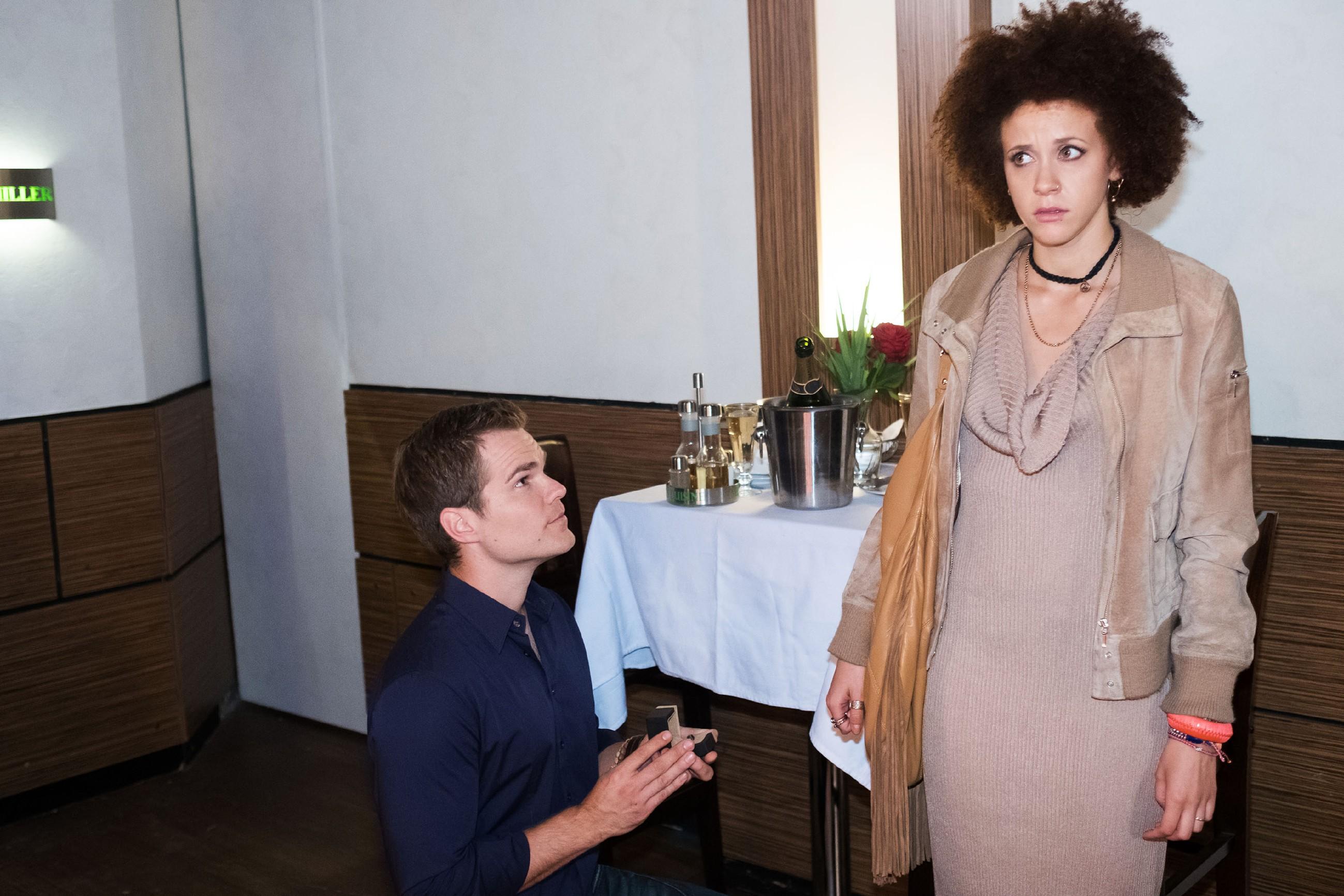 Micki (Joy Lee Abiola-Müller) kann nicht _Ja_ sagen, als Sam (Tobias Schönenberg) ihr einen romantischen Heiratsantrag macht. (Quelle: RTL / Stefan Behrens)