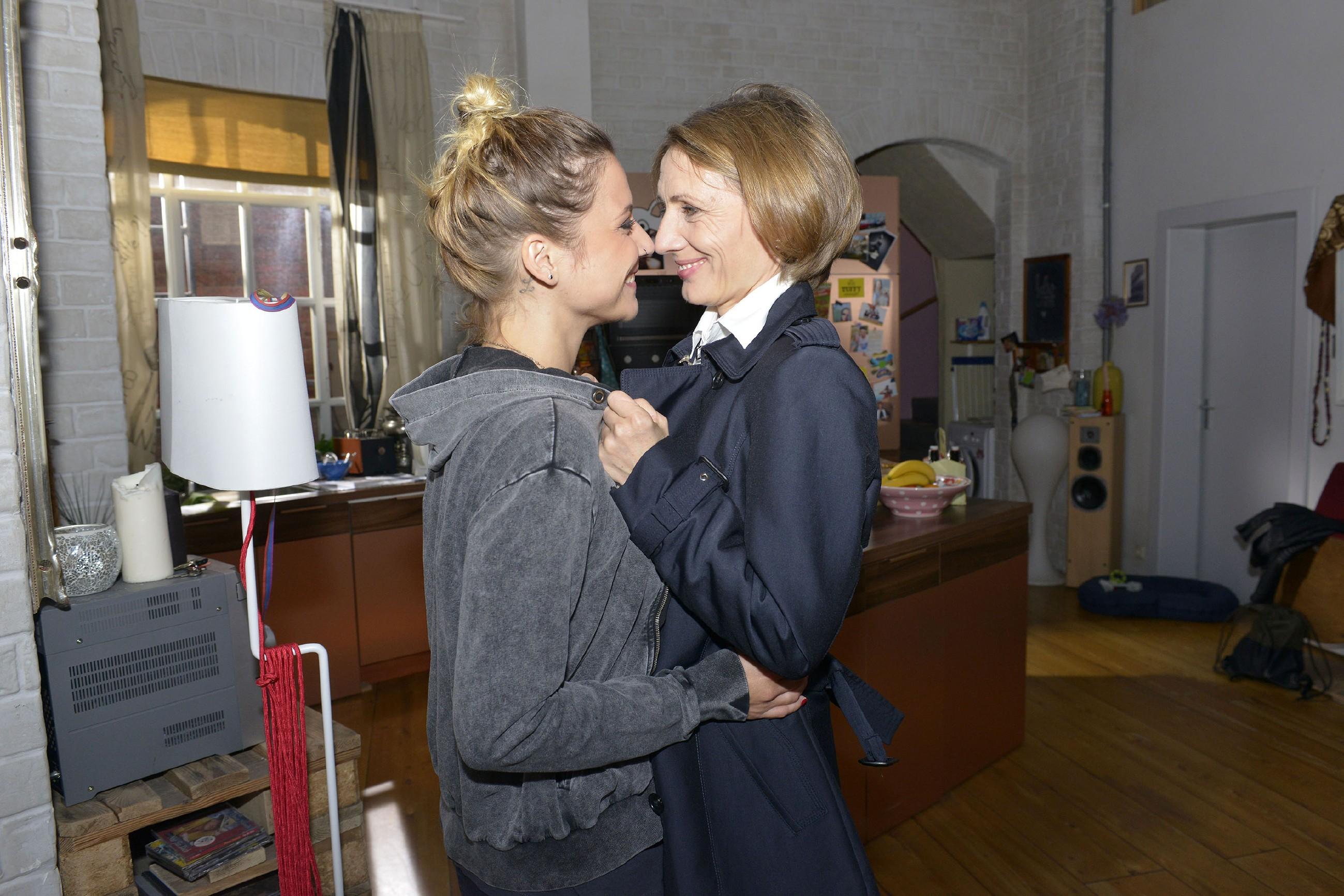 Anni (Linda Marlen Runge, l.) und Rosa (Joana Schümer) können nicht voneinander lassen... (Quelle: RTL / Rolf Baumgartner)