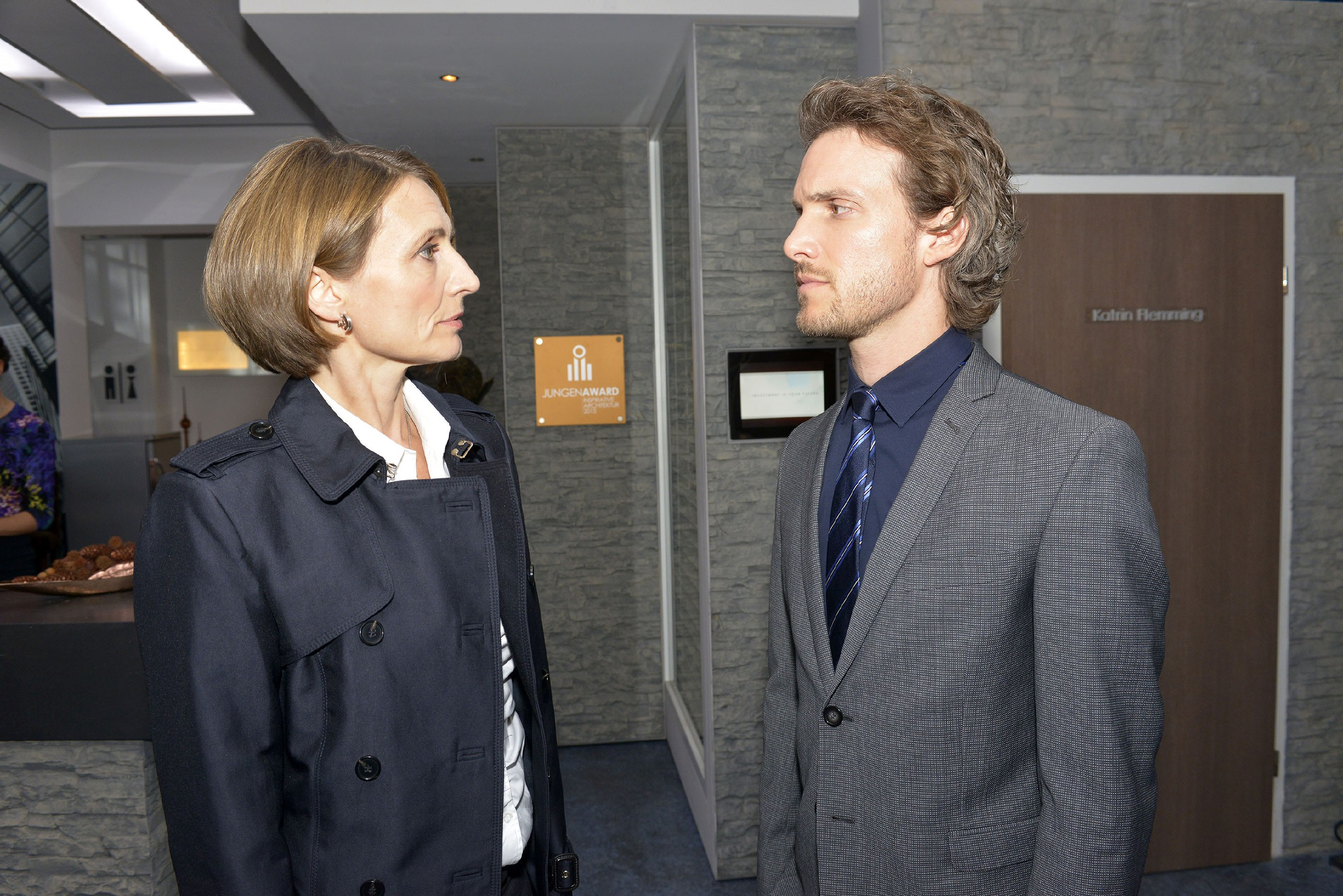 Felix (Thaddäus Meilinger) trifft es hart, als er von Rosa (Joana Schümer) degradiert wird. (Quelle: RTL / Rolf Baumgartner)