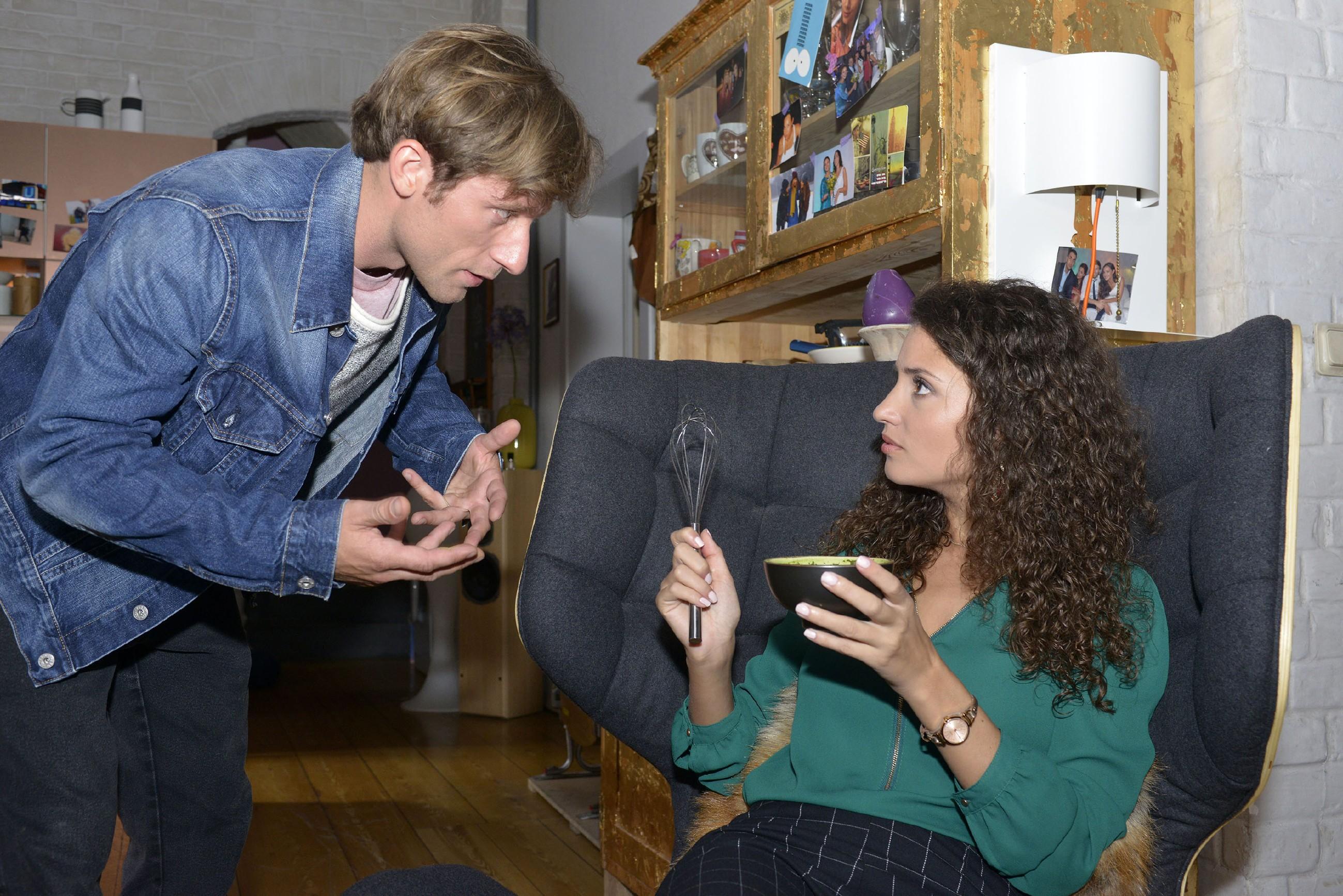Bommel (Merlin Leonhardt) versucht die traurige Ayla (Nadine Menz) zu trösten, die sich fragt, warum David sie so angegriffen hat. (Quelle: RTL / Rolf Baumgartner)