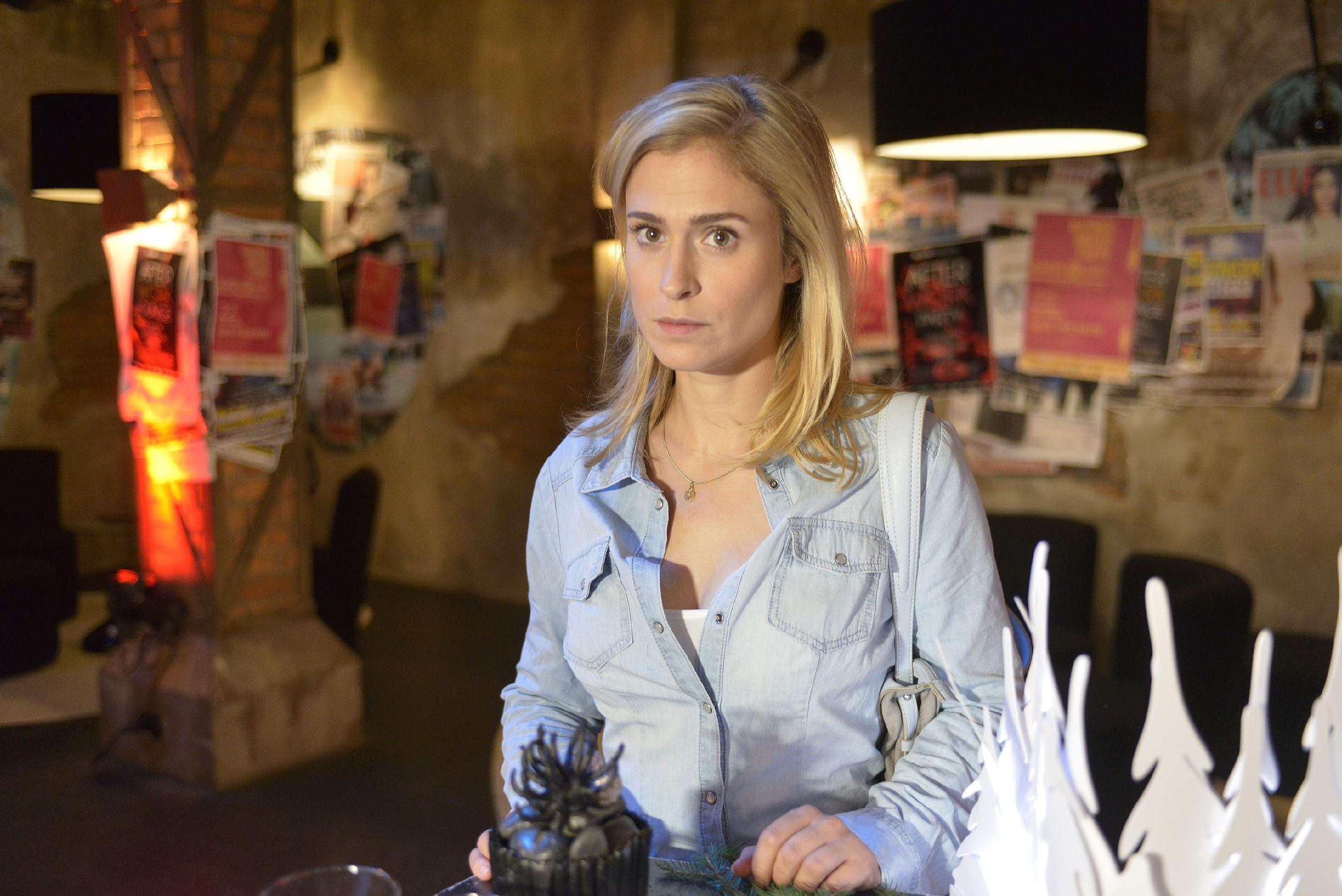 Sophie (Lea Marlen Woitack) fühlt sich bei der Weihnachtsfeier fehl am Platz. (Quelle: RTL / Rolf Baumgartner)