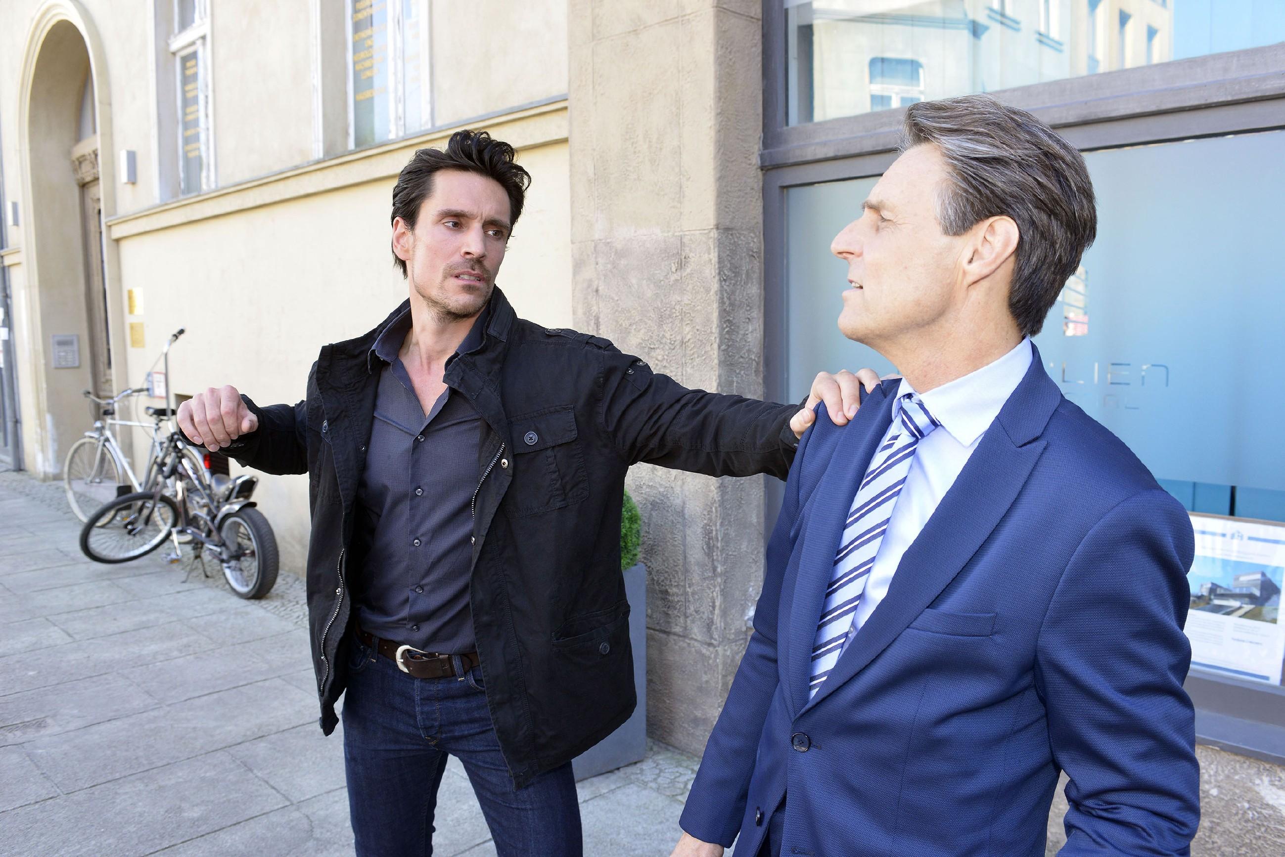 David (Philipp Christopher, l.) kann seinen Zorn auf Gerner (Wolfgang Bahro) nicht mehr zurückhalten und geht auf ihn los... (Quelle: RTL / Rolf Baumgartner)