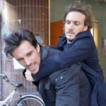 Felix (Thaddäus Meilinger, r.) versucht David (Philipp Christopher) nach dem tätlichen Angriff auf Gerner unter Kontrolle zu bekommen. (Quelle: RTL / Rolf Baumgartner)