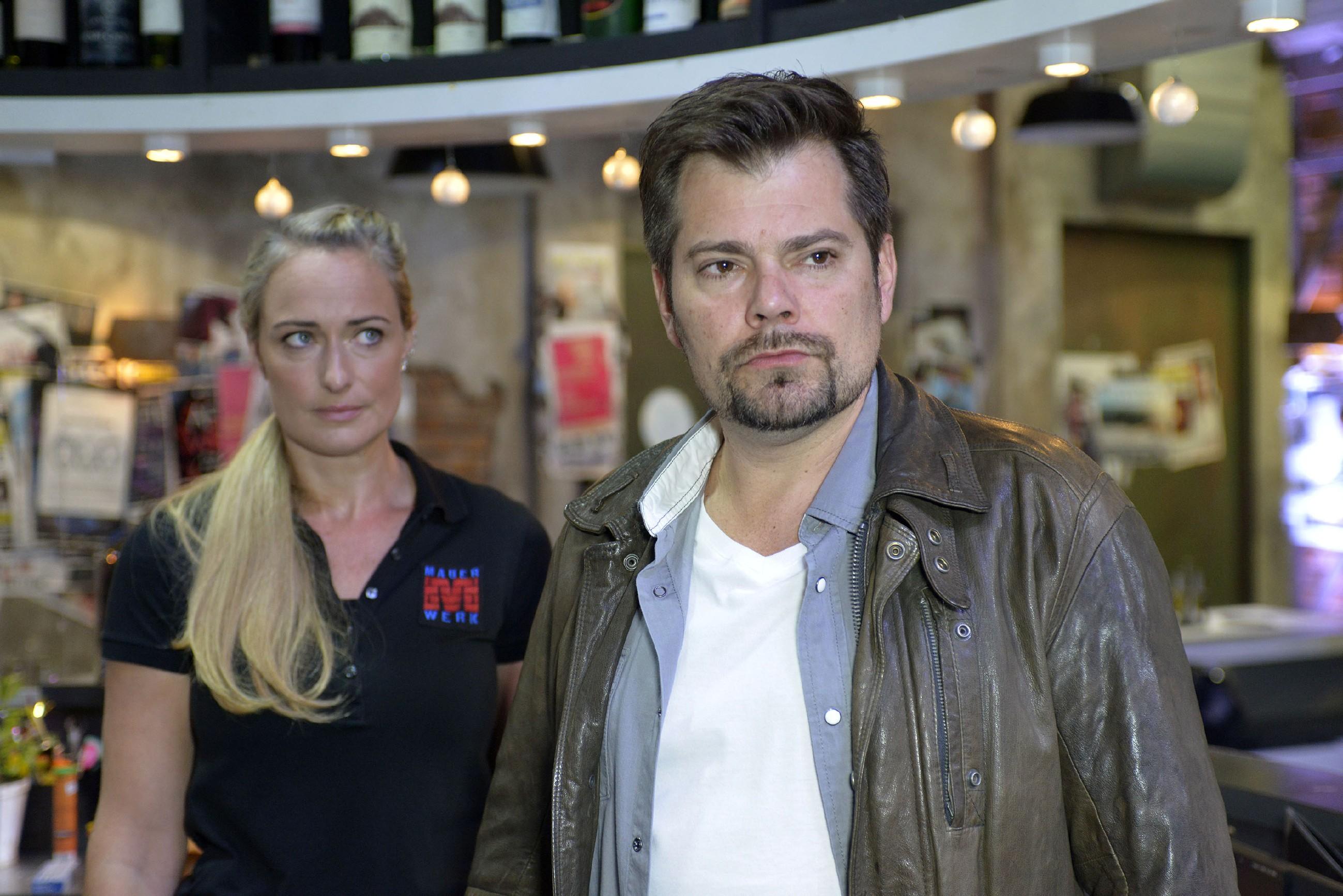 Maren (Eva Mona Rodekirchen) glaubt, dass Leon (Daniel Fehlow) eine gewisse Mitschuld an seinen Problemen mit Sophie hat. (Quelle: RTL / Rolf Baumgartner)