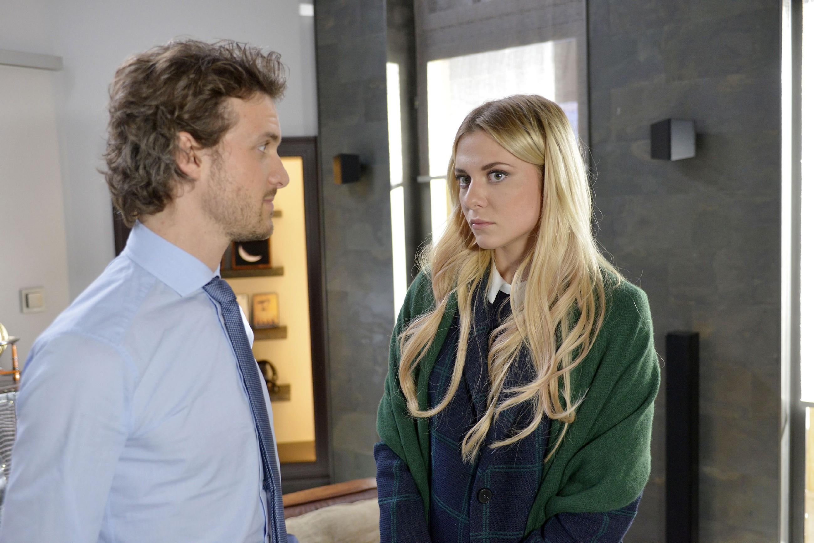Sunny (Valentina Pahde) merkt, wie sehr Felix (Thaddäus Meilinger) die Degradierung durch seine Mutter immer noch belastet, auch wenn er das nicht zugeben will. (Quelle: RTL / Rolf Baumgartner)