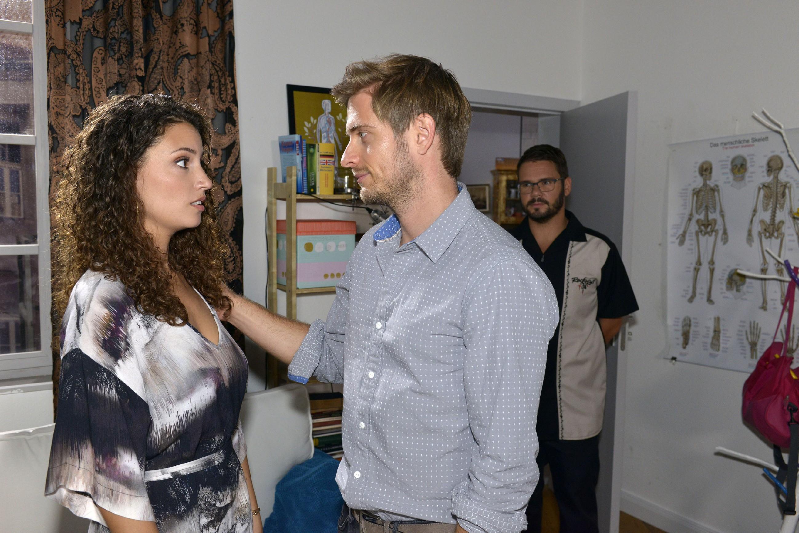 Ayla (Nadine Menz) ist gerührt, als Philip (Jörn Schlönvoigt, M.) und Tuner (Thomas Drechsel) einen Schritt auf sie zumachen. (Quelle: RTL / Rolf Baumgartner)
