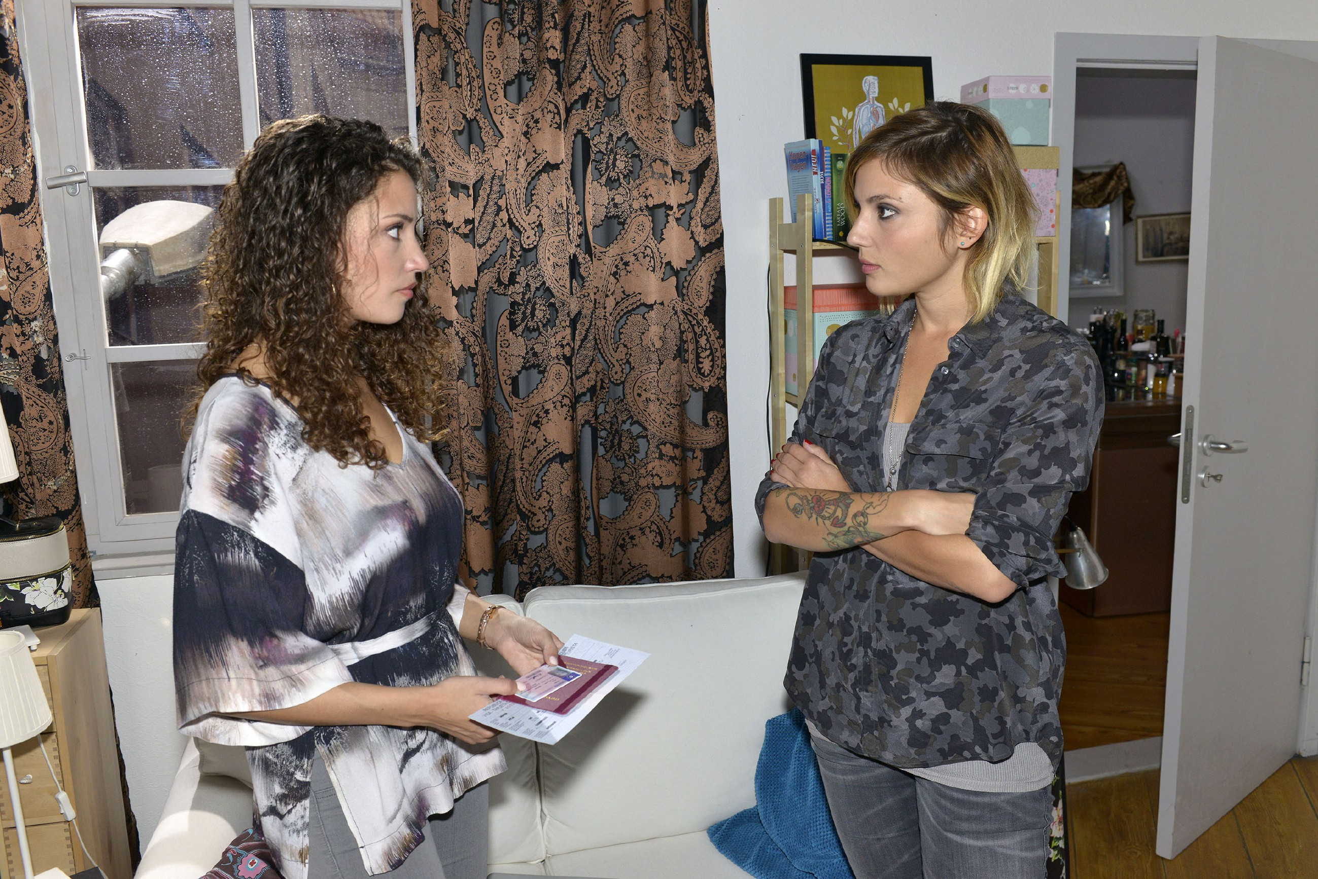 Ayla (Nadine Menz, l.) kann nicht verhindern, dass Anni (Linda Marlen Runge) hinter ihren Plan kommt, gemeinsam mit David Deutschland zu verlassen. (Quelle: RTL / Rolf Baumgartner)