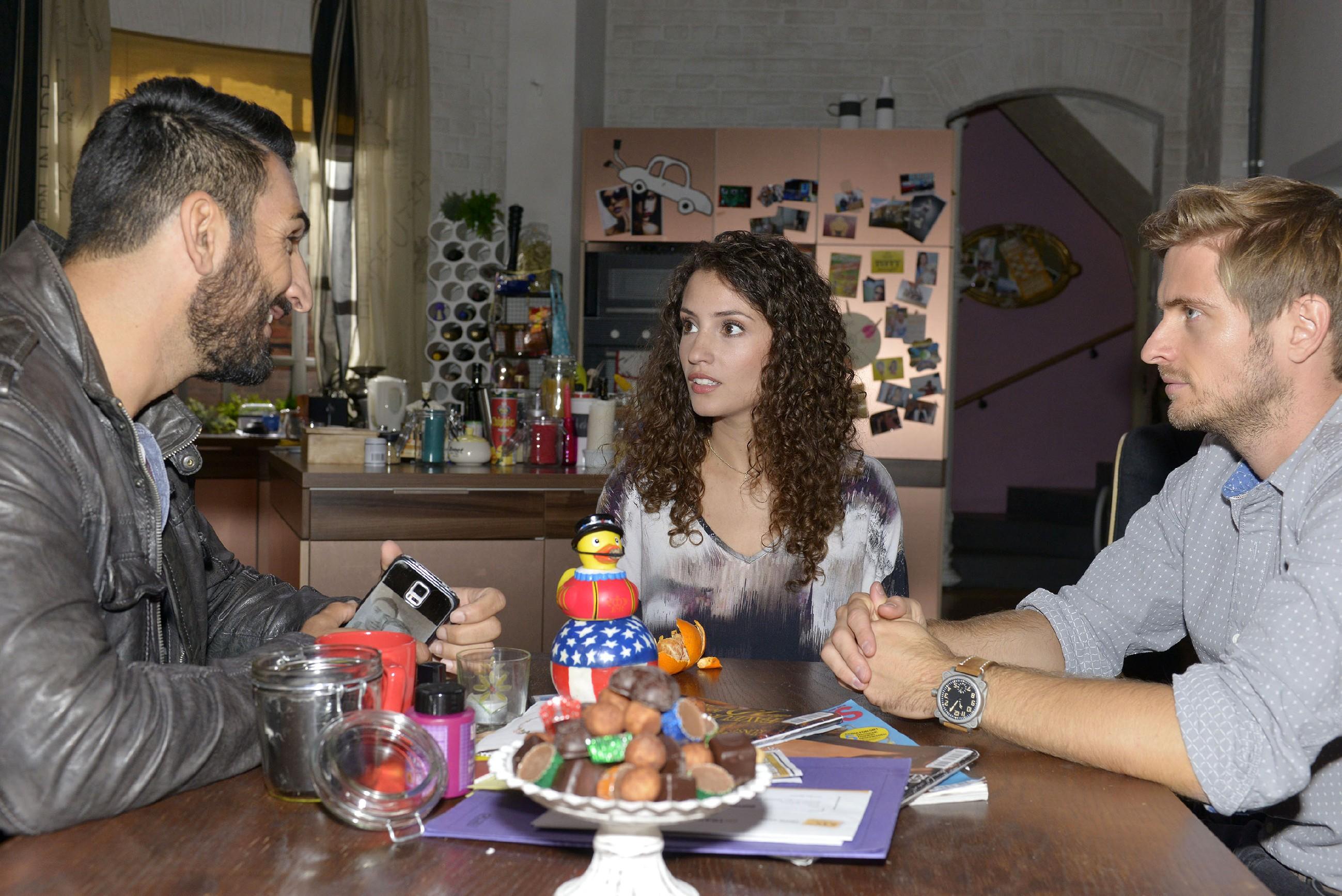 Mesut (Mustafa Alin, l.) und Philip (Jörn Schlönvoigt) versuchen Ayla (Nadine Menz) von ihrem Plan, Berlin den Rücken zu kehren, abzubringen - allerdings vergeblich. (Quelle: RTL / Rolf Baumgartner)