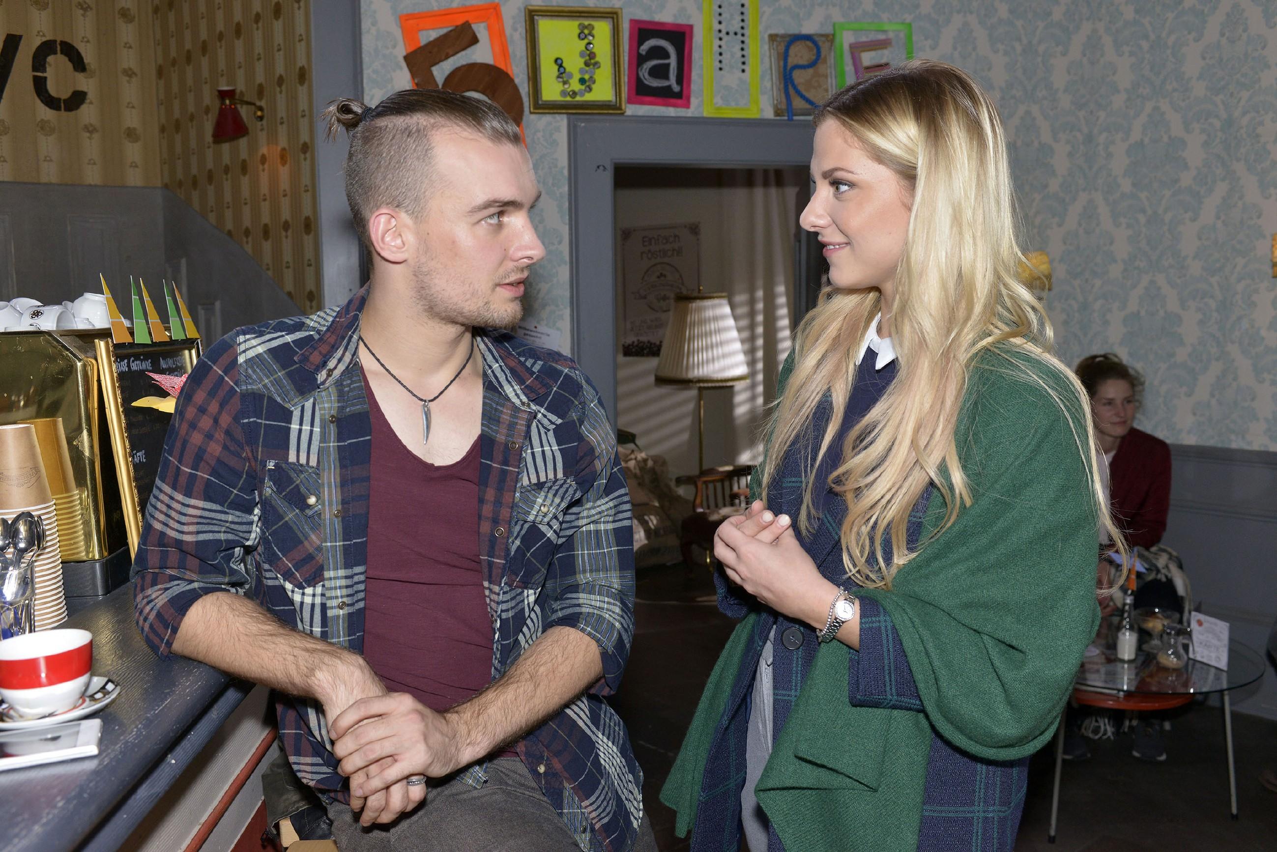 Während Sunny (Valentina Pahde) froh ist, Chris (Eric Stehfest) nicht als Freund zu verlieren, wird diesem klar, wie sehr es ihn stört, dass Sunny mit seinem Bruder zusammen ist... (Quelle: RTL / Rolf Baumgartner)