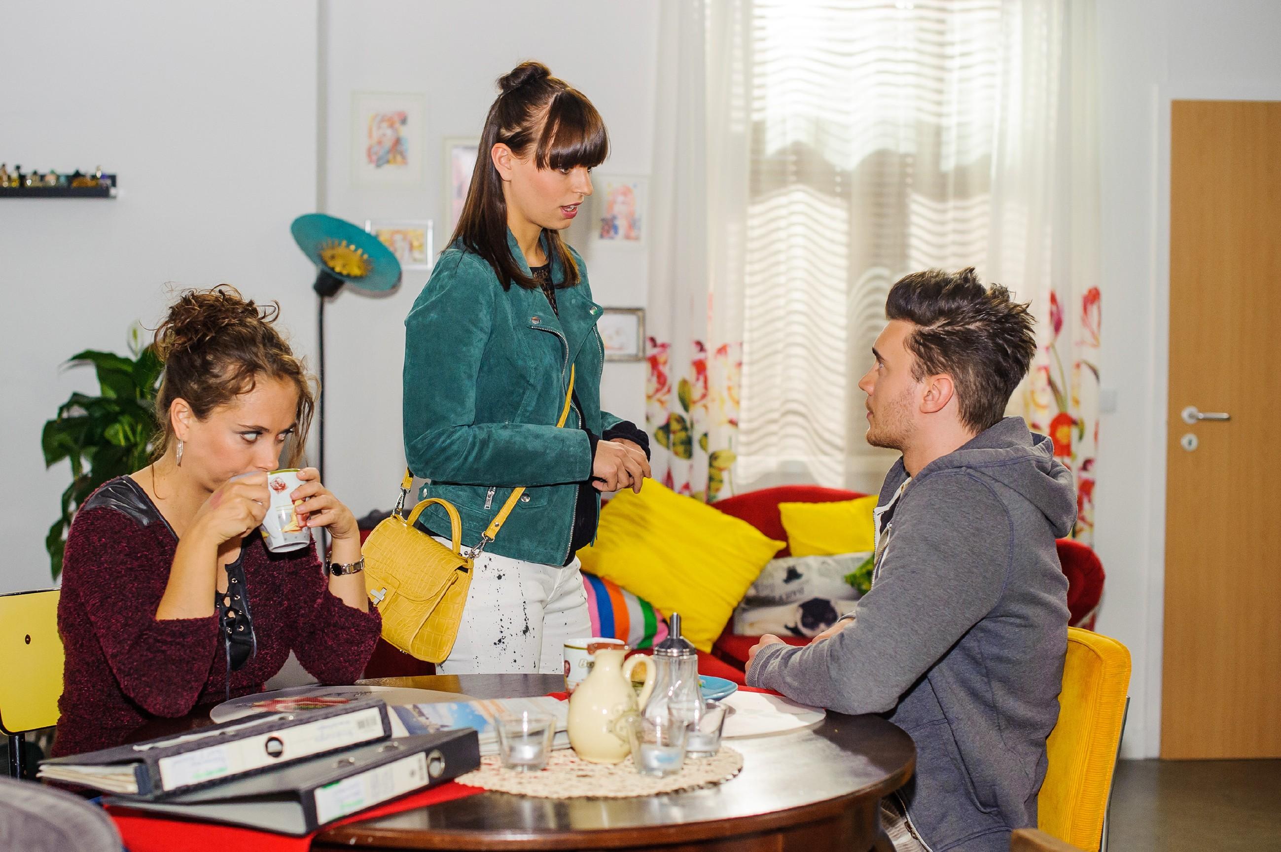 Ronny (Bela Klentze) nimmt es sportlich, als er im Beisein von Carmen (Heike Warmuth, l.) erneut eine Abfuhr von Michelle (Franziska Benz) kassiert. (Quelle: RTL / Julia Feldhagen)