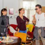 """Ronny (Bela Klentze) macht bei Michelle (Franziska Benz, l.) und Carmen (Heike Warmuth) einen auf """"hard to get"""" und glaubt, bei Michelle Erfolg damit zu haben. (Quelle: RTL / Julia Feldhagen)"""
