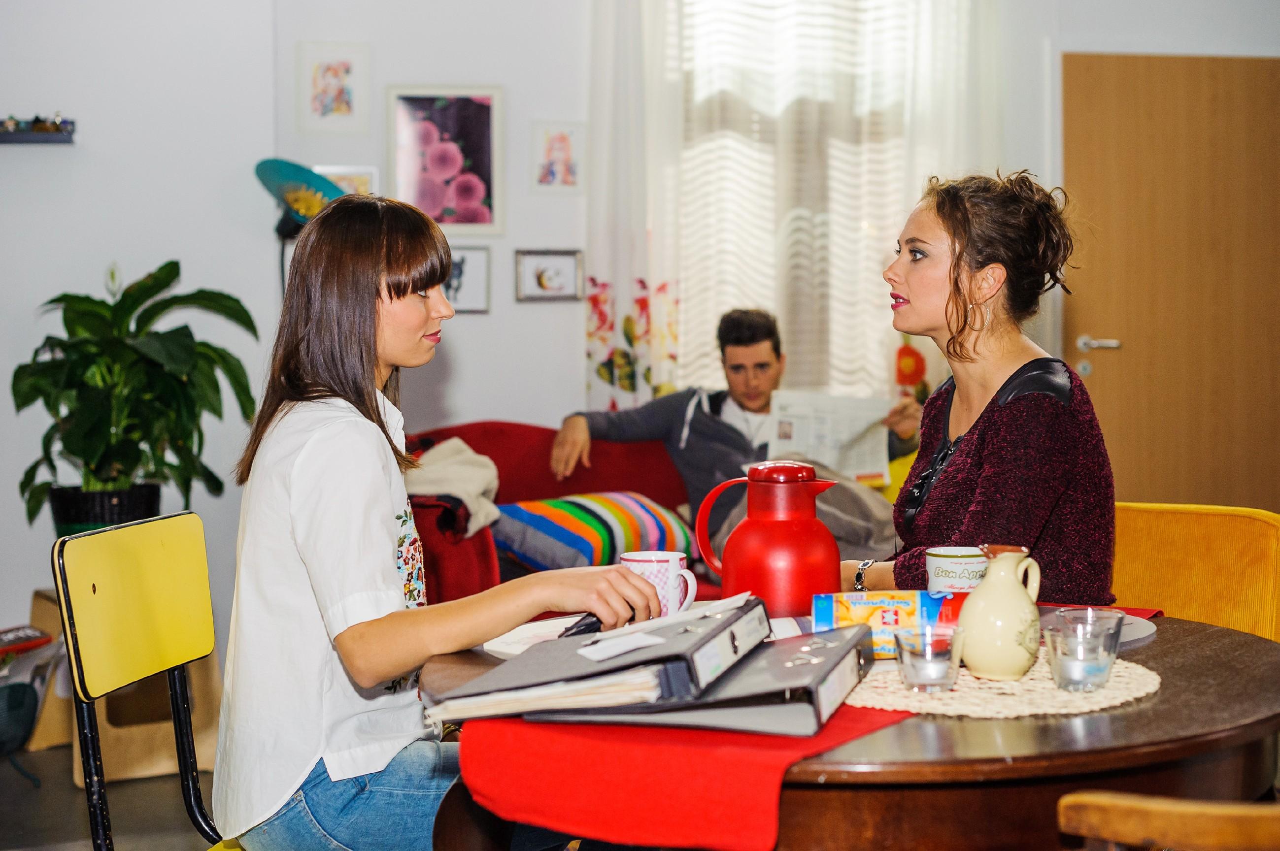 Michelle (Franziska Benz, l.) stößt Carmen (Heike Warmuth) in Gegenwart von Ronny (Bela Klentze) vor den Kopf, als ihr Vincents Beistand wichtiger ist. (Quelle: RTL / Julia Feldhagen)