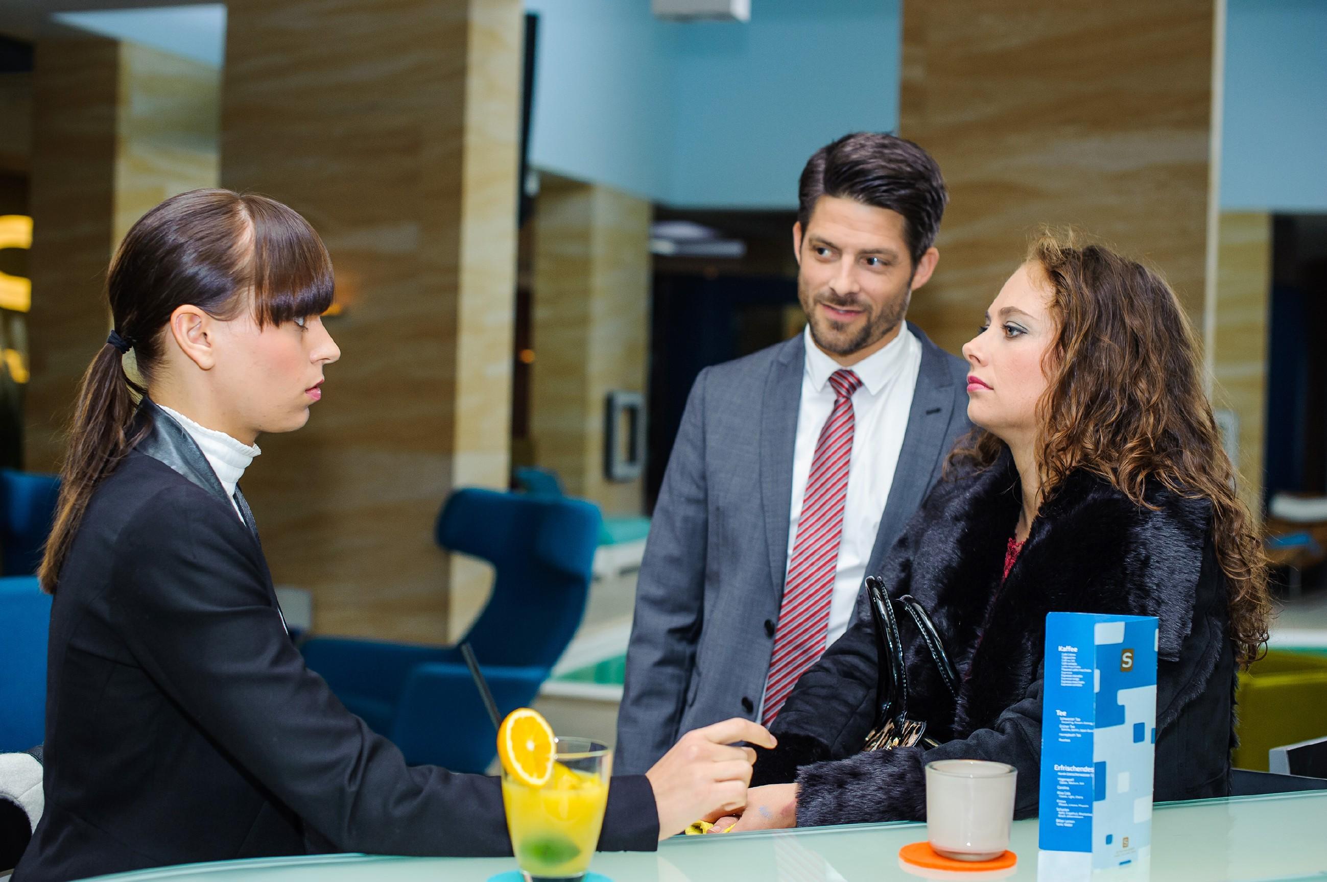 Carmen (Heike Warmuth, r.) betrachtet Vincents (Daniel Buder) Einsatz für Michelle (Franziska Benz) weiterhin skeptisch. (Quelle: RTL / Julia Feldhagen)