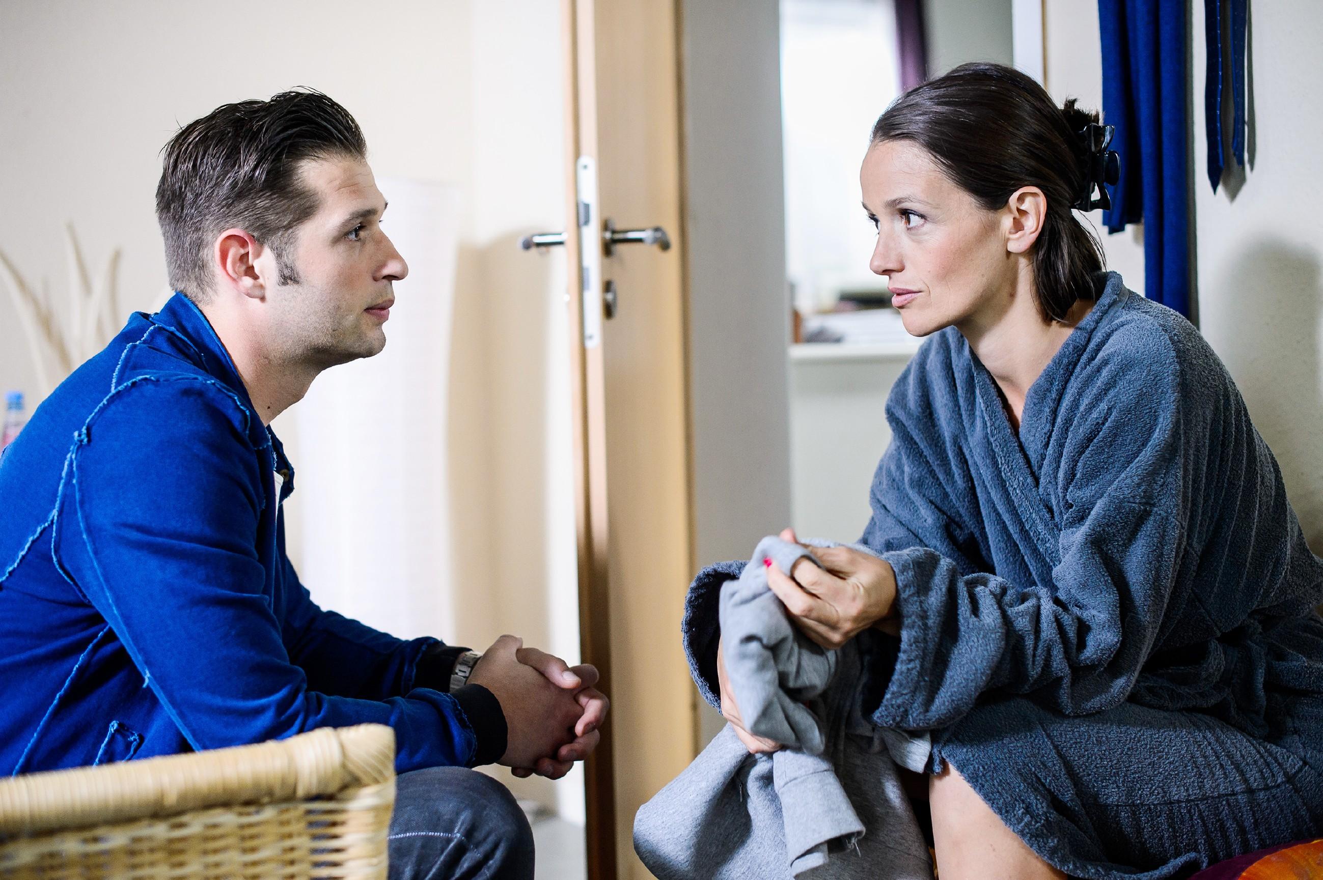 Jenny (Kaja Schmidt-Tychsen) berührt es, dass Deniz (Igor Dolgatschew) an ihre Unschuld glaubt - im Gegensatz zu Ihrer Mutter. (Quelle: RTL / Willi Weber)