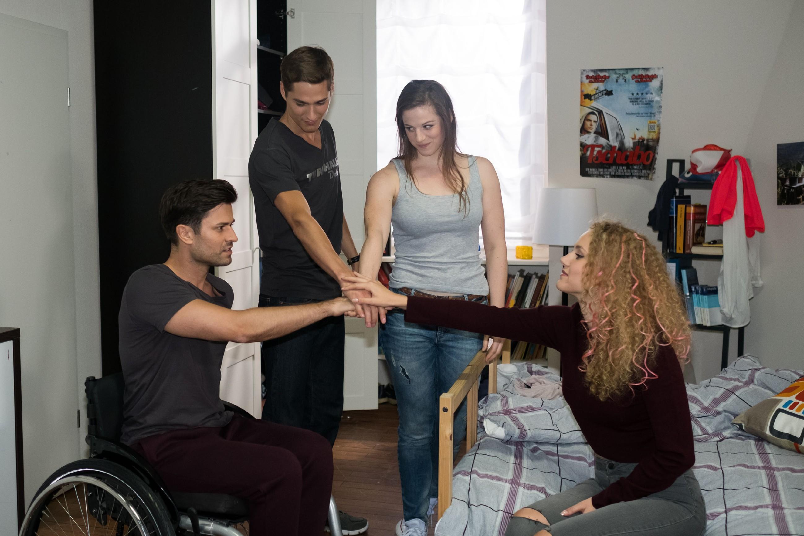 Paco (Milos Vukovic, l.), Ringo (Timothy Boldt), Elli (Nora Koppen) und KayC (Pauline Angert, r.) schwören sich darauf ein, die betrügerische WG zu schlagen. (Quelle: RTL / Stefan Behrens)