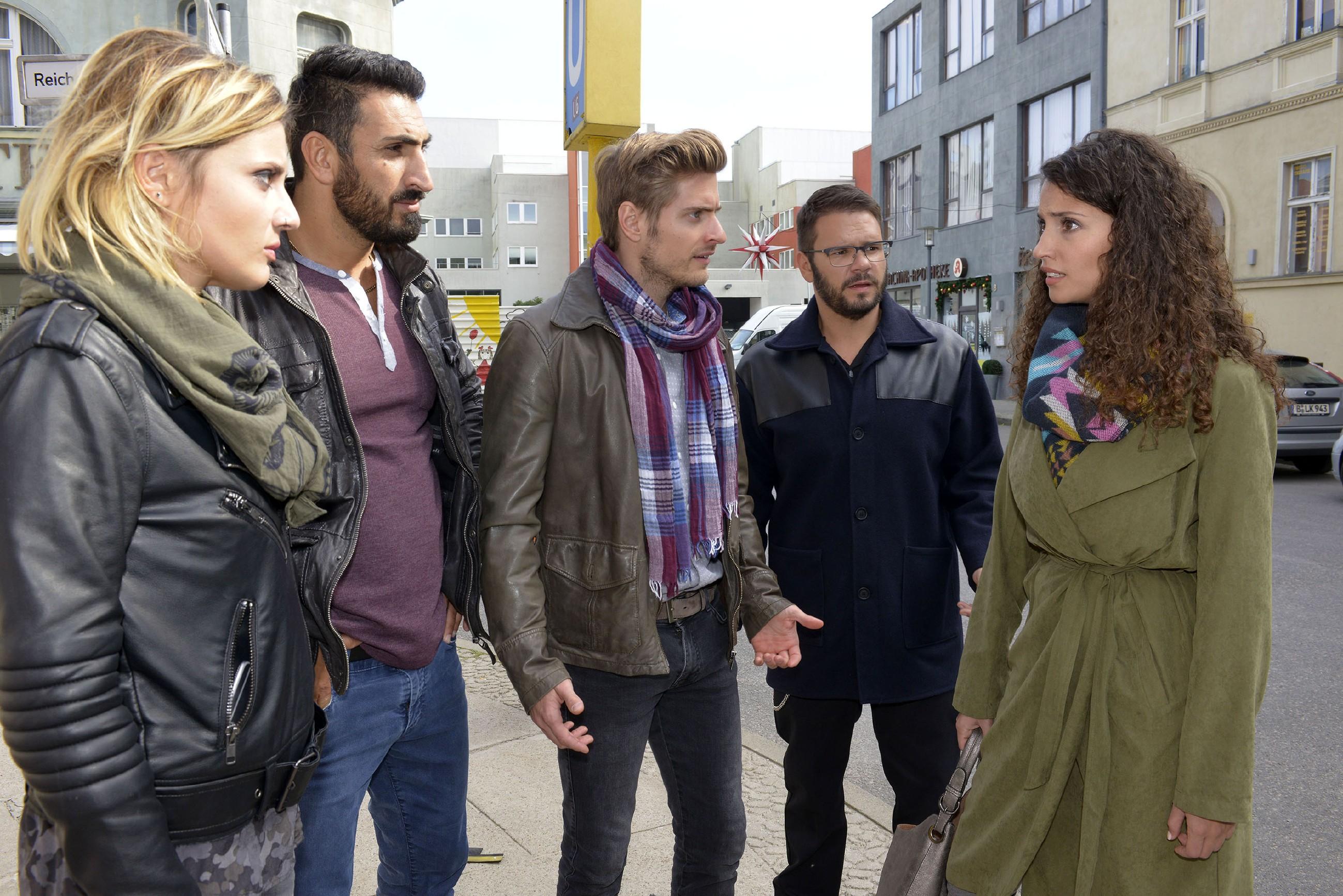 V.l.: Anni (Linda Marlen Runge), Mesut (Mustafa Alin), Philip (Jörn Schlönvoigt) und Tuner (Thomas Drechsel) stehen einer von ihren Freunden enttäuschten Ayla (Nadine Menz, r.) gegenüber. (Quelle: RTL / Rolf Baumgartner)