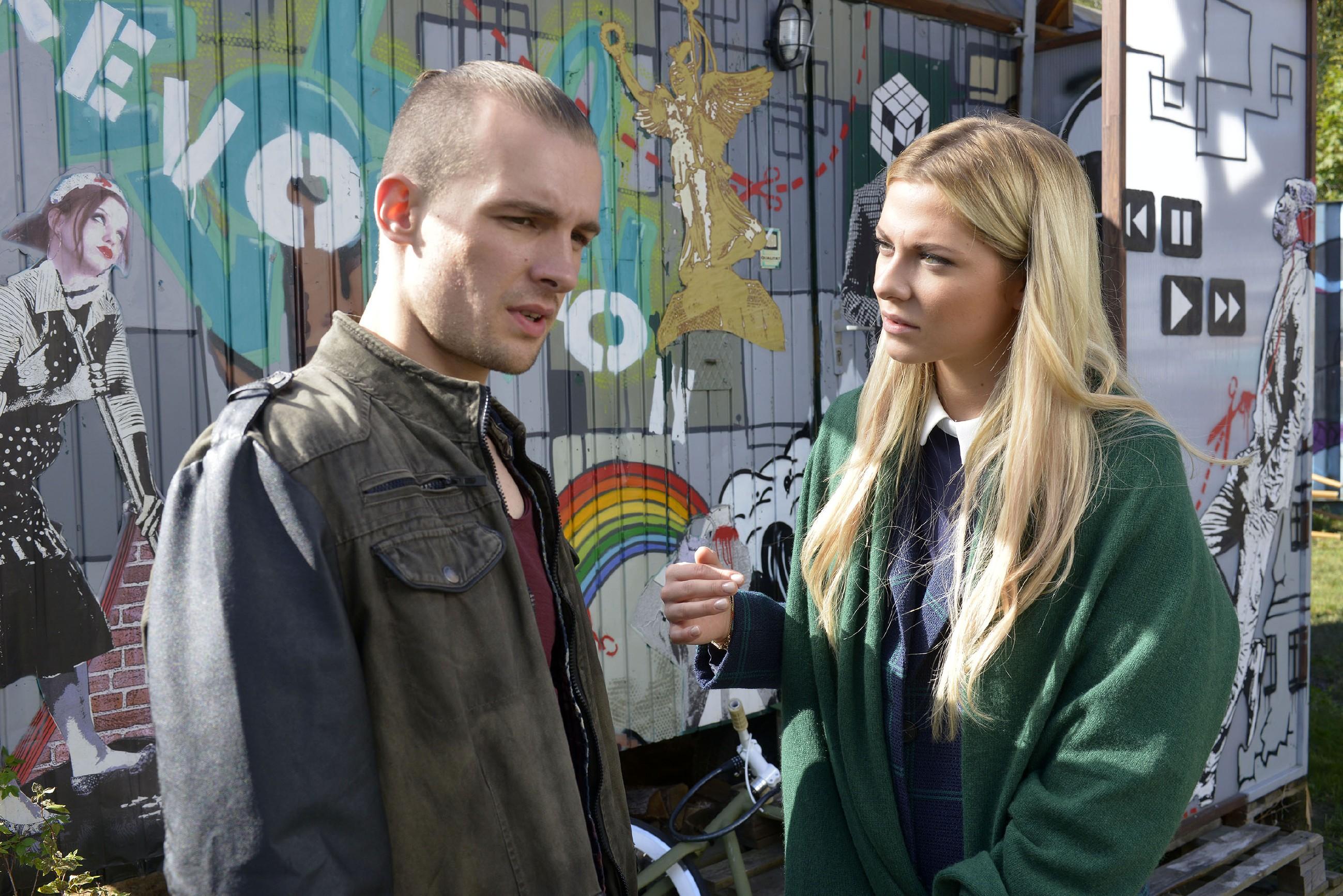 Sunny (Valentina Pahde) erklärt Chris (Eric Stehfest), dass sie von den Streitigkeiten zwischen ihm und seinem Bruder die Nase voll hat. (Quelle: RTL / Rolf Baumgartner)