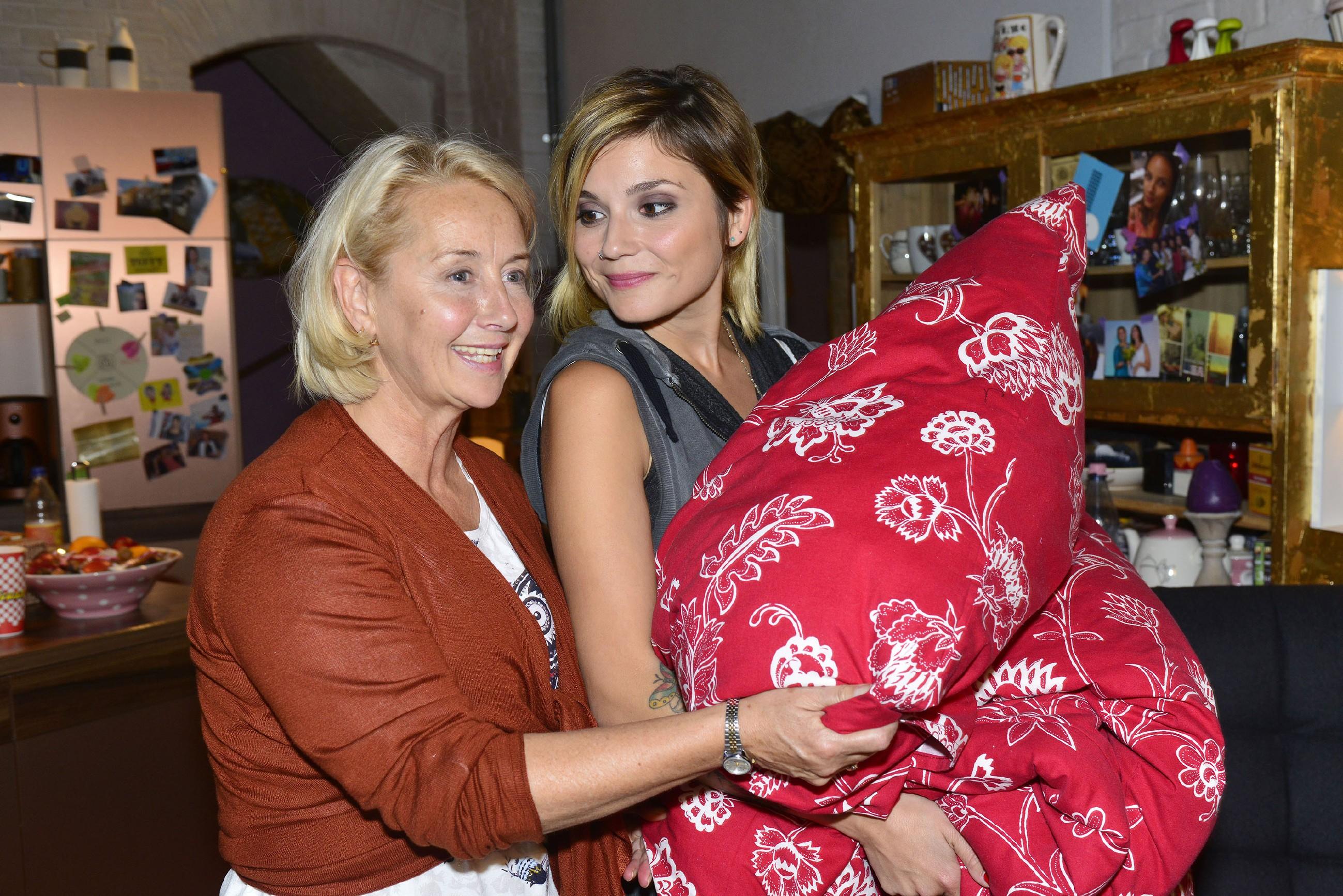 Anni (Linda Marlen Runge, r.) bietet ihrer Mutter Christel (Imke Büchel) an, bei ihr in der WG zu übernachten. (Quelle: RTL / Rolf Baumgartner)