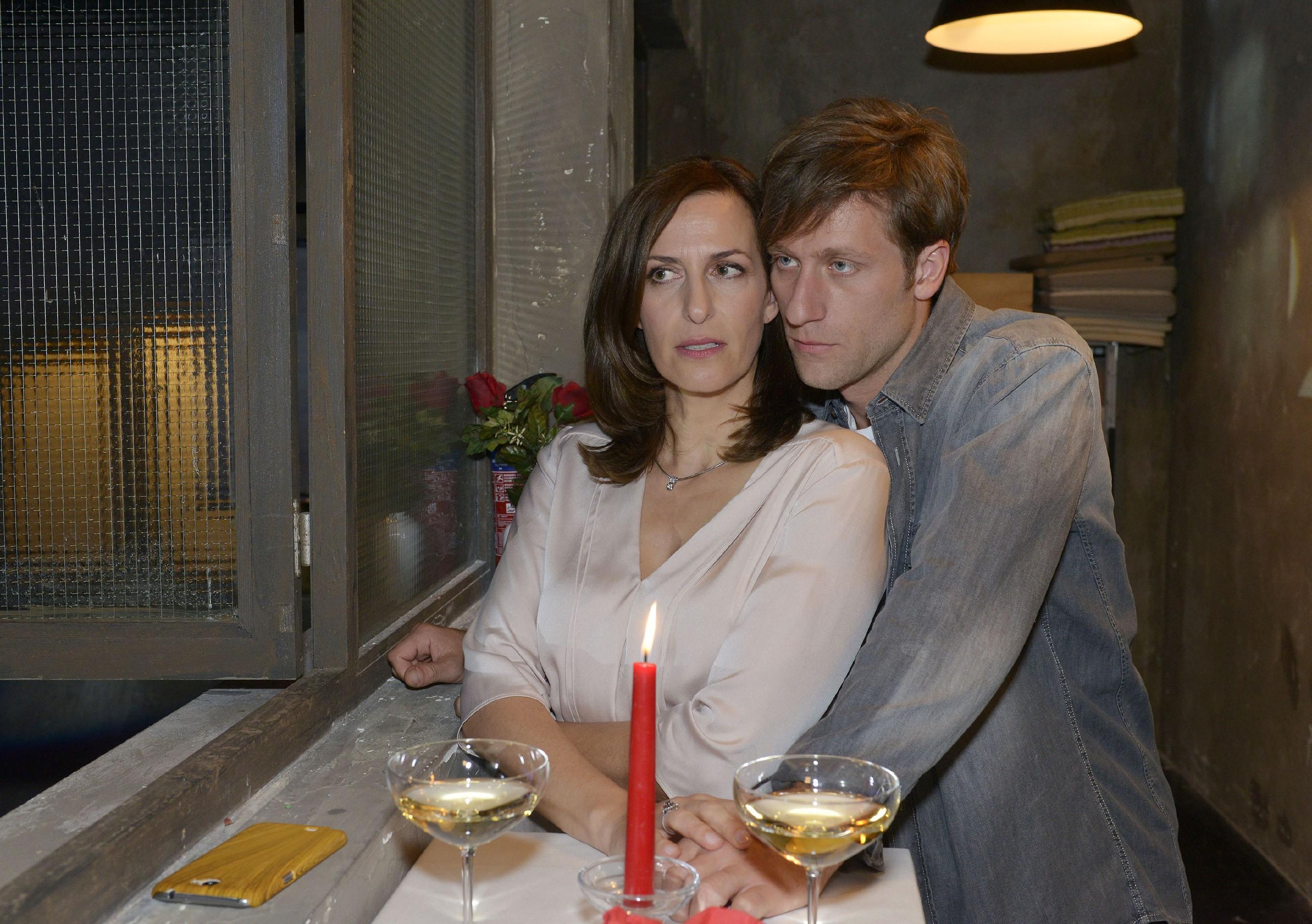 Katrin (Ulrike Frank) verbirgt vor Till (Merlin Leonhardt), wie viel Arbeit sie bei KFI hat, und lässt sich von ihm zu einer romantischen Überraschung ins Mauerwerk entführen. (Quelle: RTL / Rolf Baumgartner)