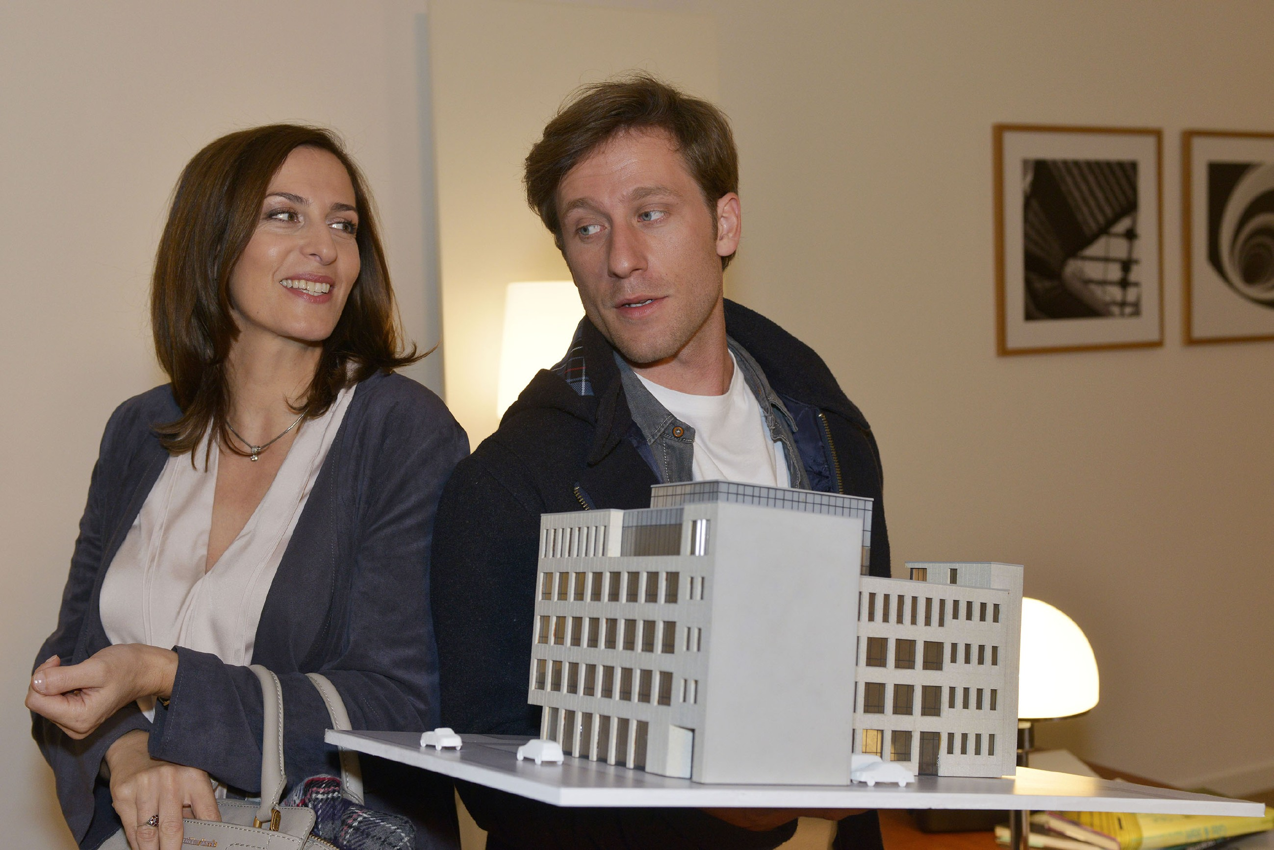 Till (Merlin Leonhardt) erkennt, dass Katrin (Ulrike Frank) viel Arbeit bei KFI hat und bietet ihr seine Hilfe an, um sie zu entlasten. (Quelle: RTL / Rolf Baumgartner)