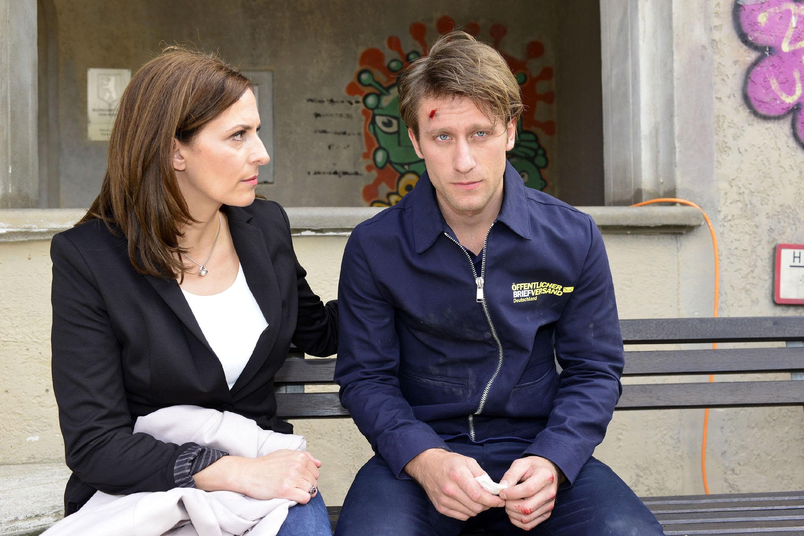 Katrin (Ulrike Frank) macht sich nach Tills (Merlin Leonhardt) Unfall Sorgen, doch er verschweigt ihr sein Taubheitsgefühl in der Hand. (Quelle: RTL / Rolf Baumgartner)