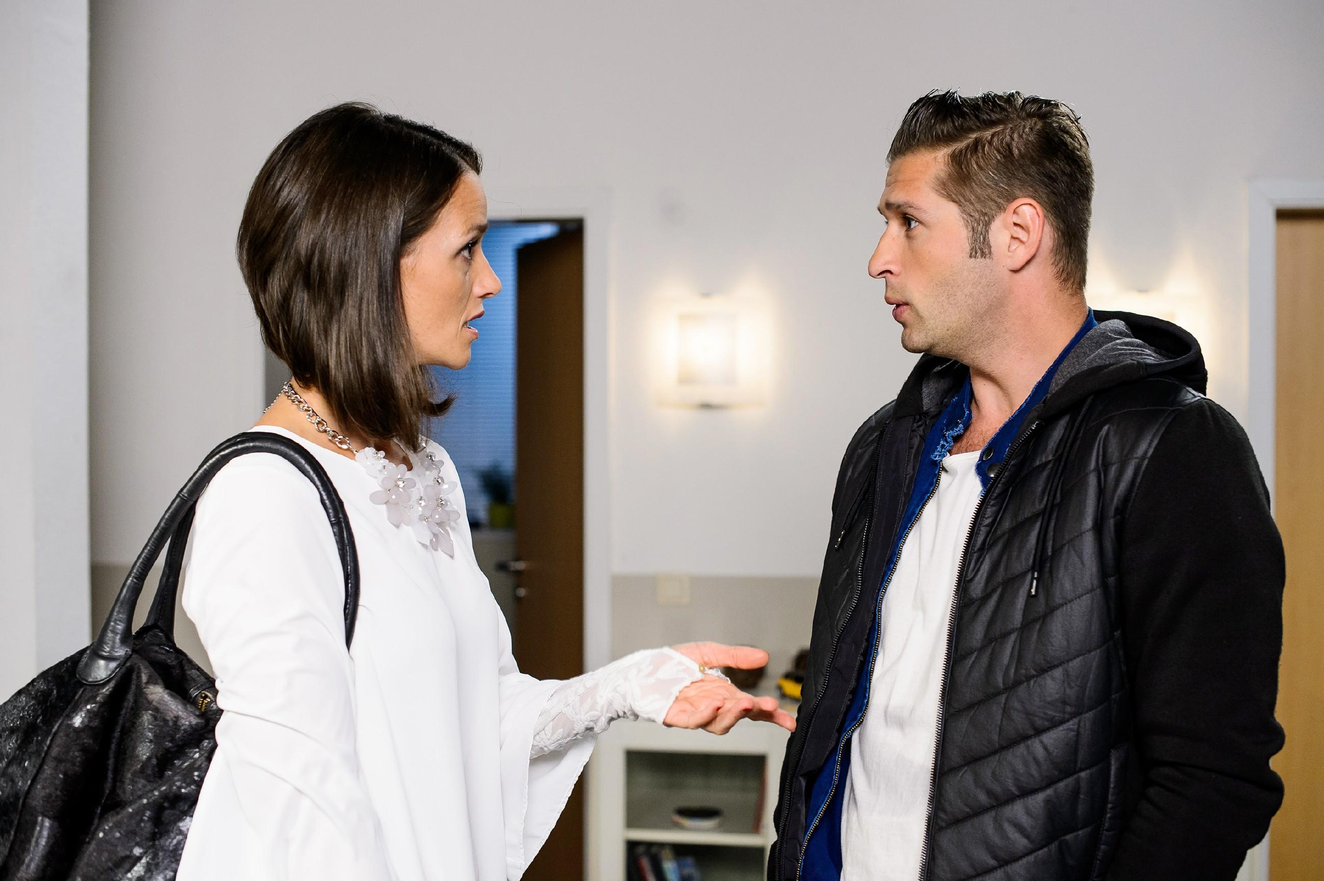 Jenny (Kaja Schmidt-Tychsen) und Deniz (Igor Dolgatschew) sind darauf bedacht, keine verfängliche Nähe entstehen zu lassen. (Quelle: RTL / Willi Weber)
