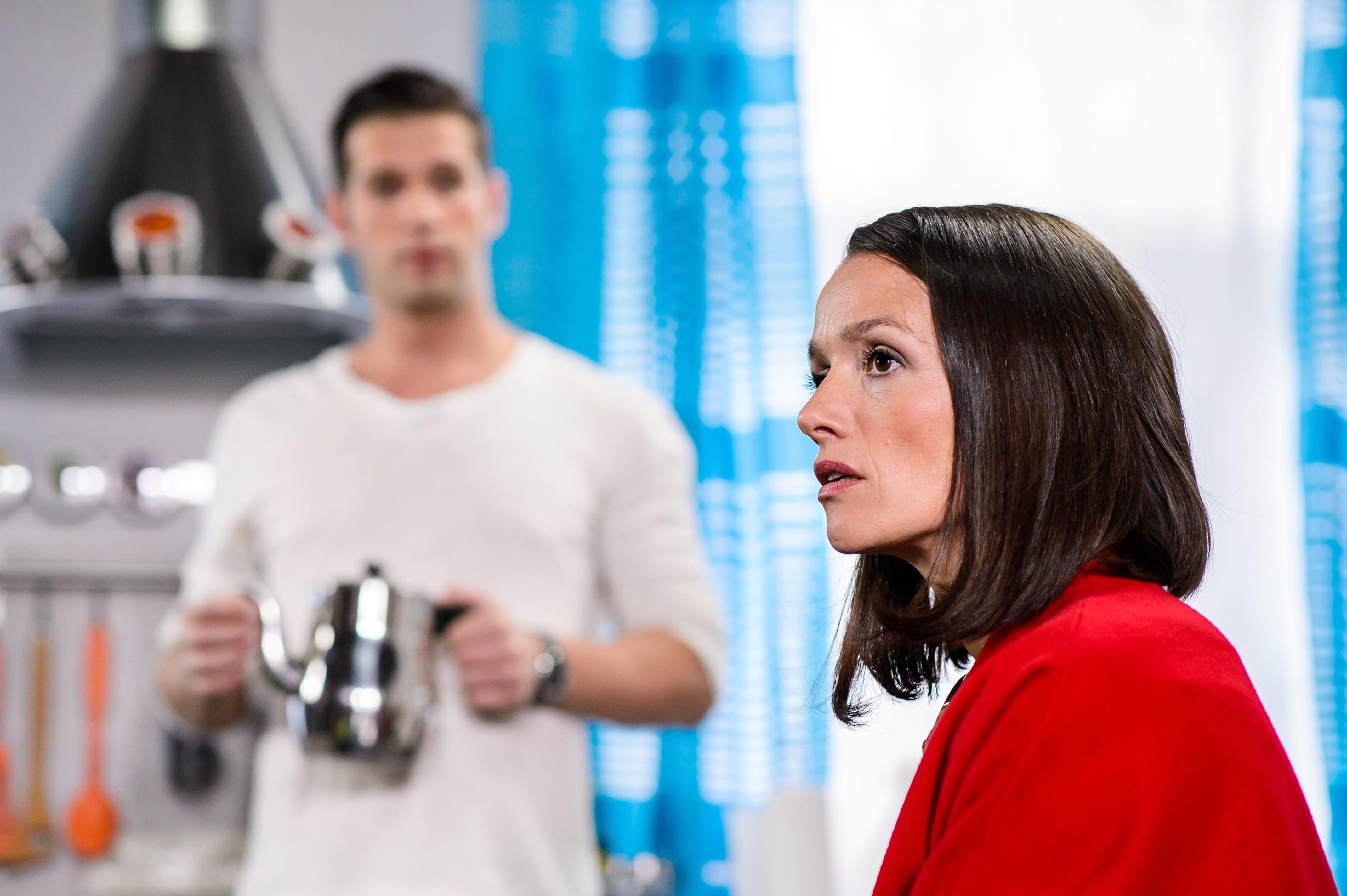 Jenny (Kaja Schmidt-Tychsen) ist erleichtert, als Deniz (Igor Dolgatschew) ihr glaubt, dass Simone hinter der Brandstiftung in der Duisburger Halle steckt. (Quelle: RTL / Willi Weber)