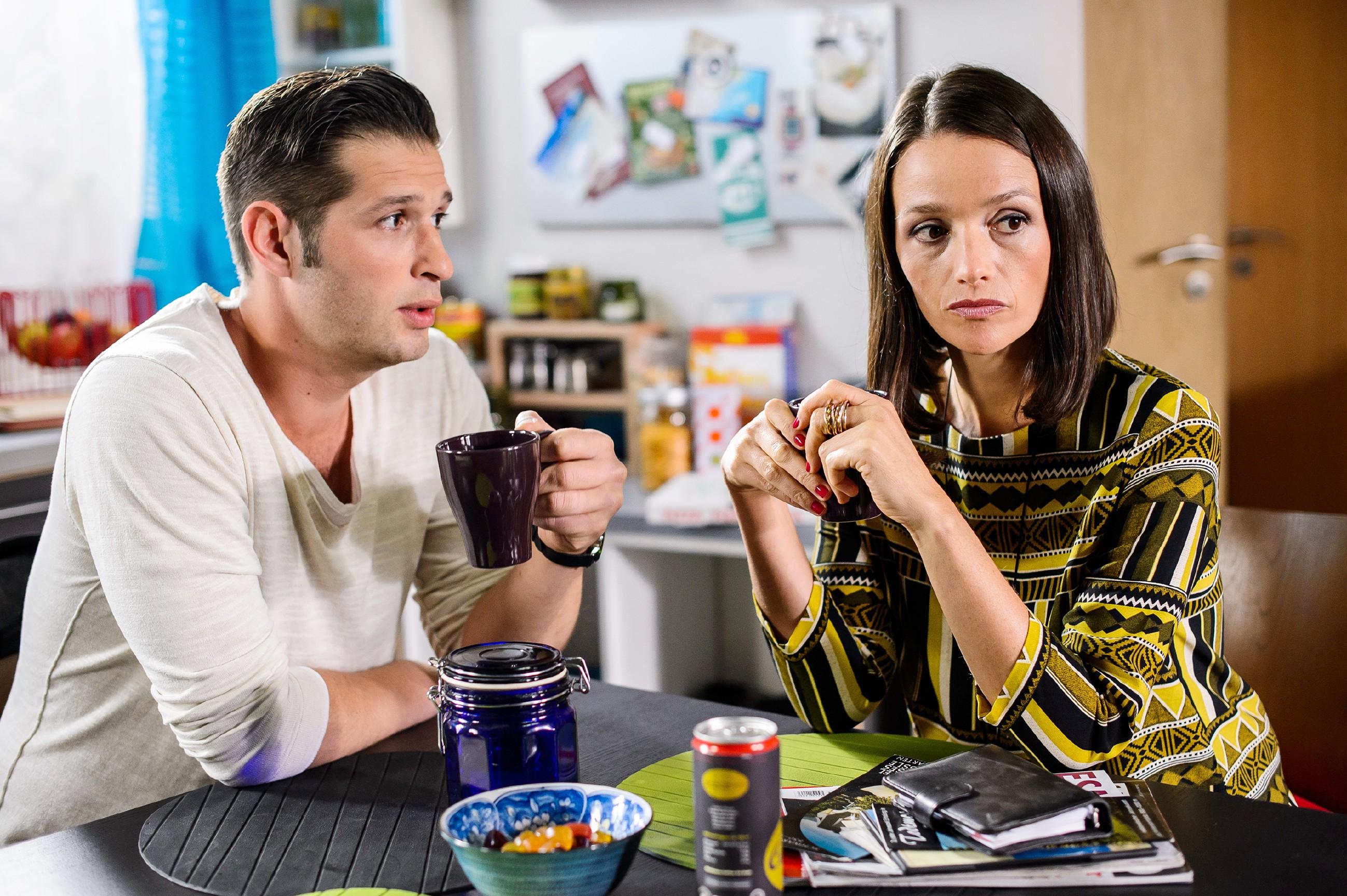 Als Deniz (Igor Dolgatschew) Simone wegen der Brandstiftung in der Duisburger Halle anzeigen will, bezweifelt Jenny (Kaja Schmidt-Tychsen), dass das etwas bringt... (Quelle: RTL / Willi Weber)