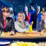 Marie (Cheyenne Pahde, r.) macht mit Michelle (Franziska Benz, l.) und Iva (Christina Klein) Party im Club und beschließt, mit ihrer Version der Geschehnisse bezüglich des Sex-Videos an die Presse zu gehen. (Quelle: RTL / Willi Weber)