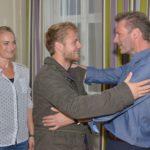 Alexander (Clemens Löhr, r.) und Maren (Eva Mona Rodekirchen) freuen sich, als Alexanders Patensohn Paul (Niklas Osterloh) zu Besuch kommt. (Quelle: RTL / Rolf Baumgartner)