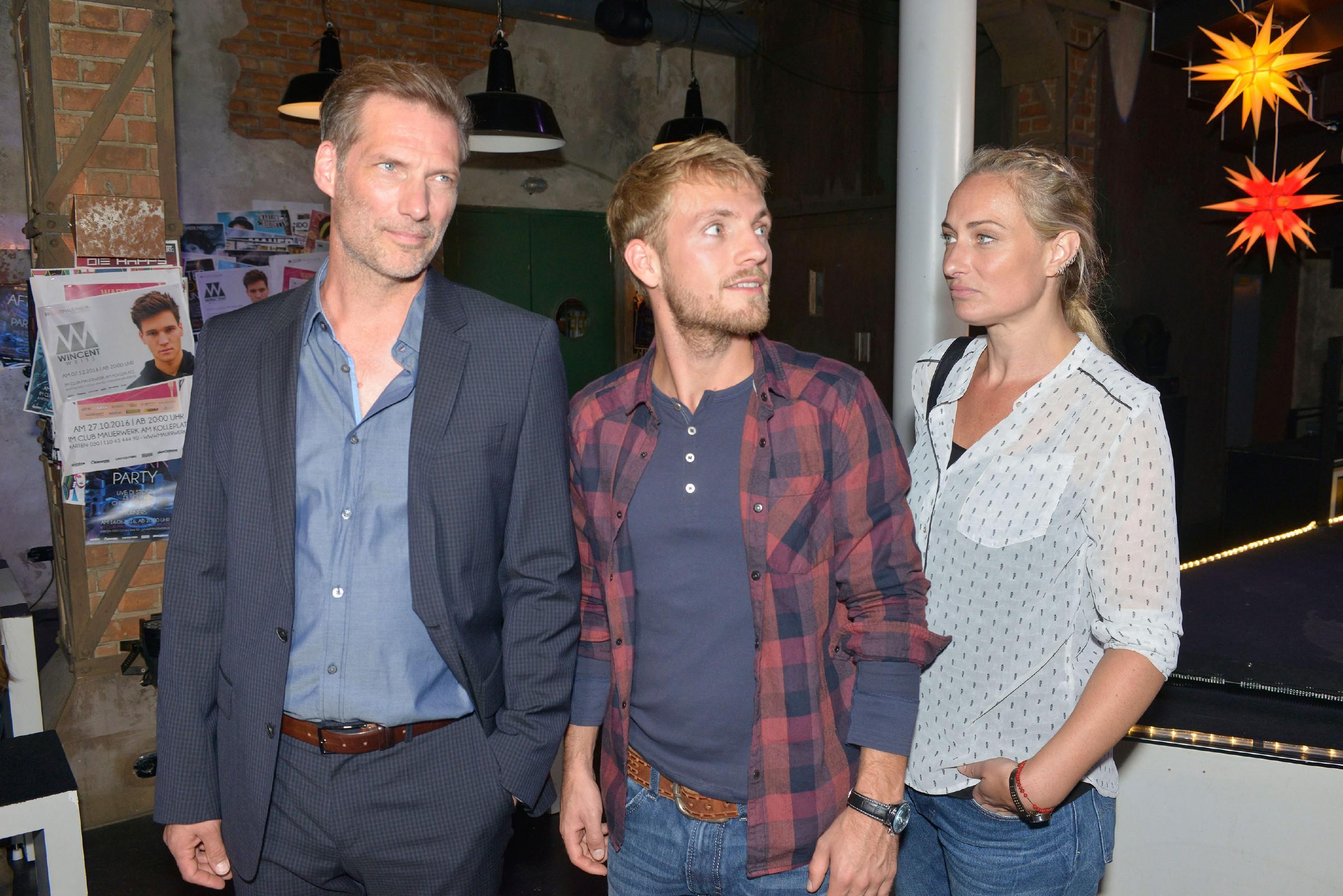 Alexander (Clemens Löhr, l.) und Maren (Eva Mona Rodekirchen) hoffen, dass sich Alexanders Patensohn Paul (Niklas Osterloh) in Berlin wohlfühlen wird. (Quelle: RTL / Rolf Baumgartner)