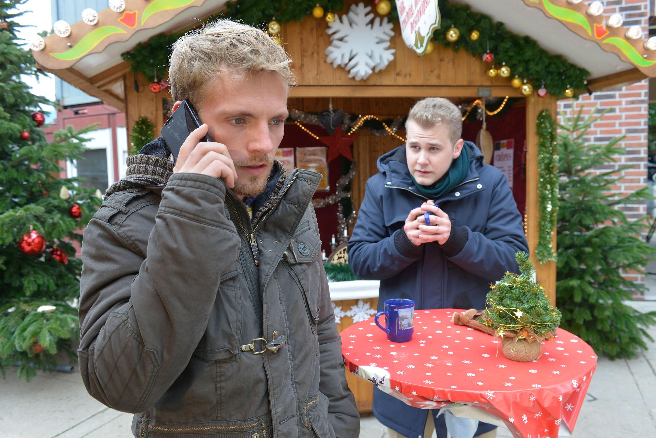 Dank Jonas' (Felix van Deventer, r.) kleiner Racheaktion meldet sich Pauls Ex-Freundin doch noch bei Paul (Niklas Osterloh)... (Quelle: RTL / Rolf Baumgartner)