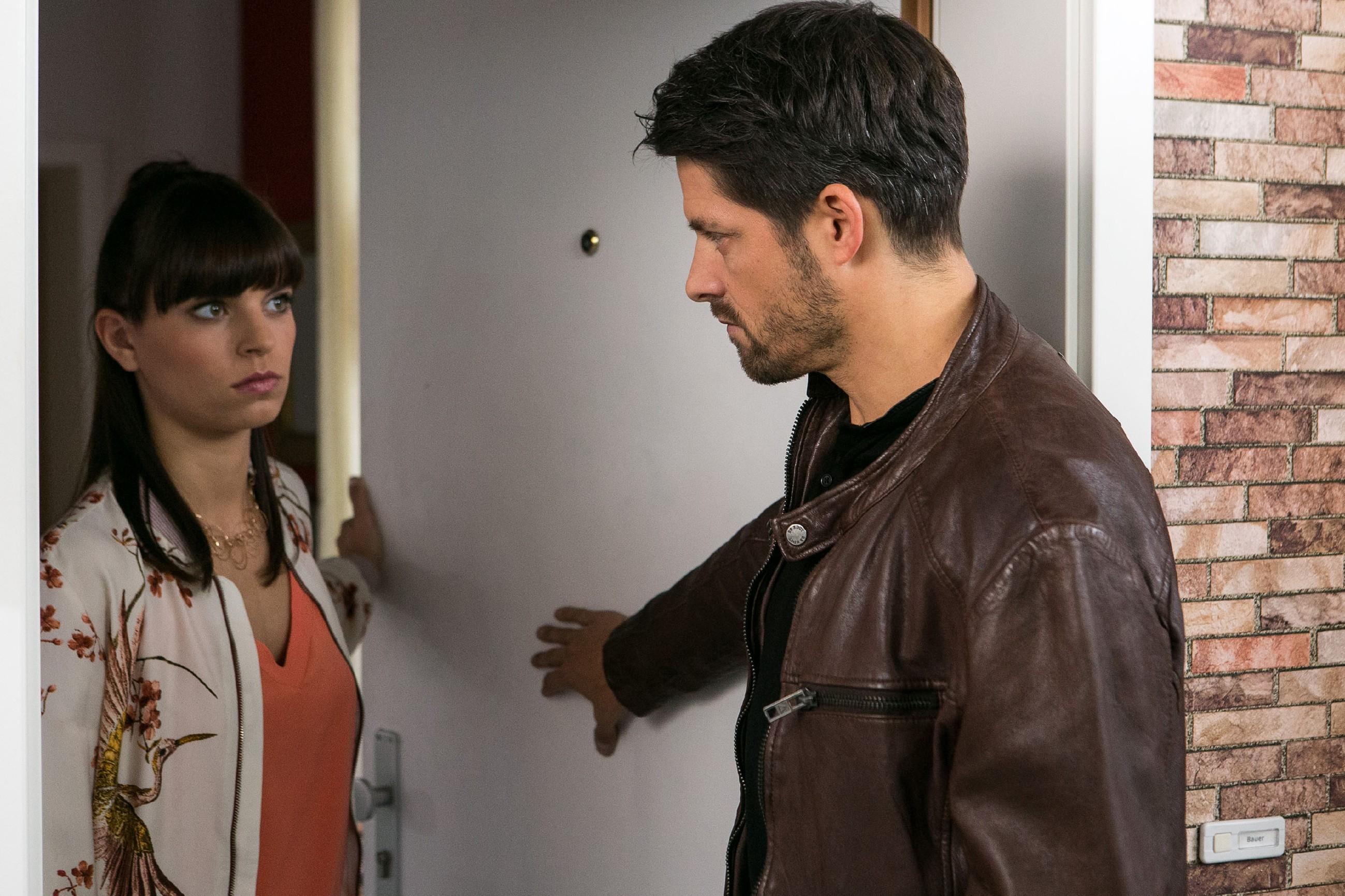 Michelle (Franziska Benz) blockt Vincents (Daniel Buder) Versöhnungsversuch aufgwühlt ab. (Quelle: RTL / Kai Schulz)