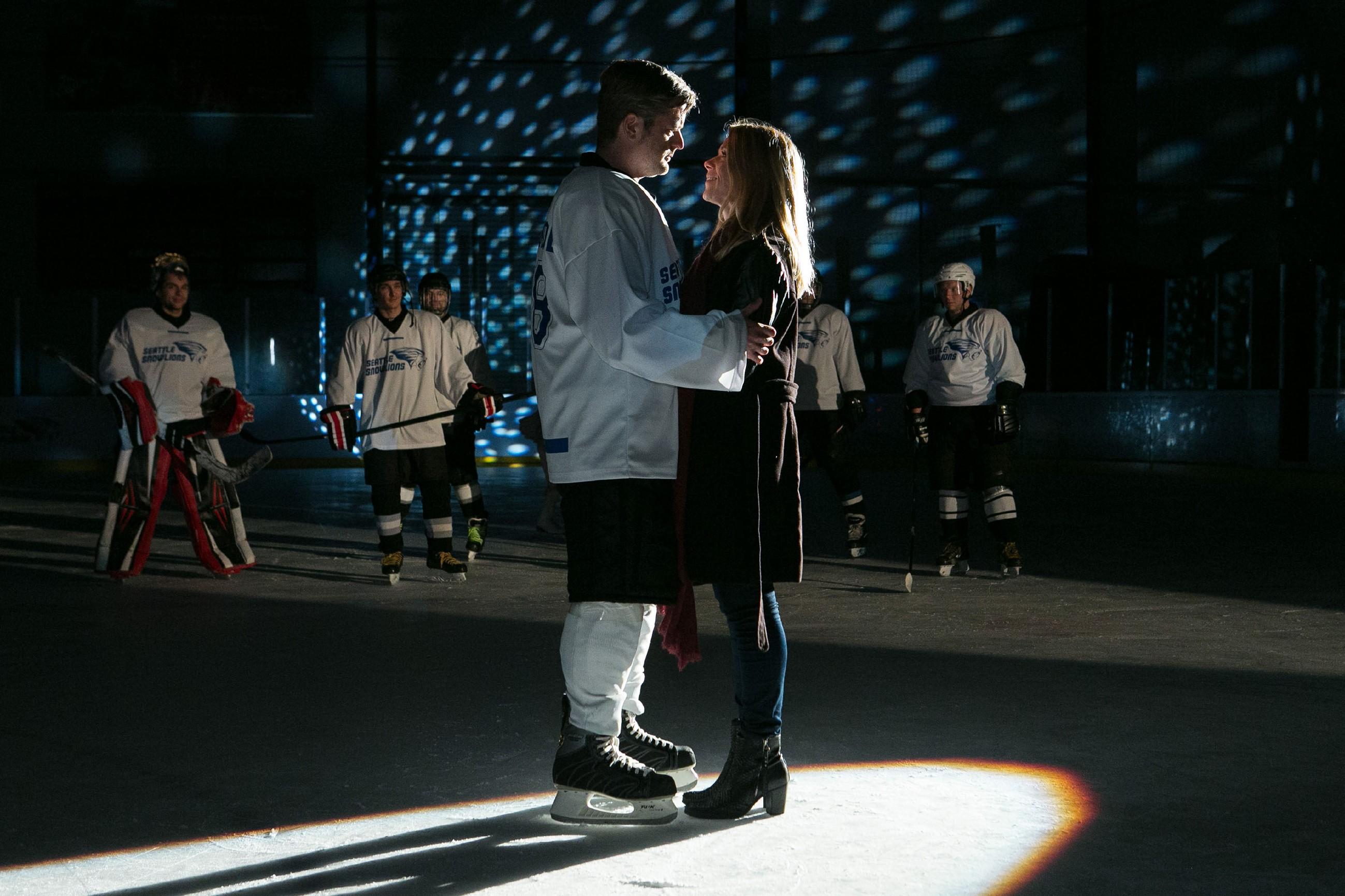 """Diana (Tanja Szewczenko) und Ingo (André Dietz) erleben ihre ganz persönliche """"American Love Story"""" auf dem Eis und sind endlich vereint... (Quelle: RTL / Kai Schulz)"""