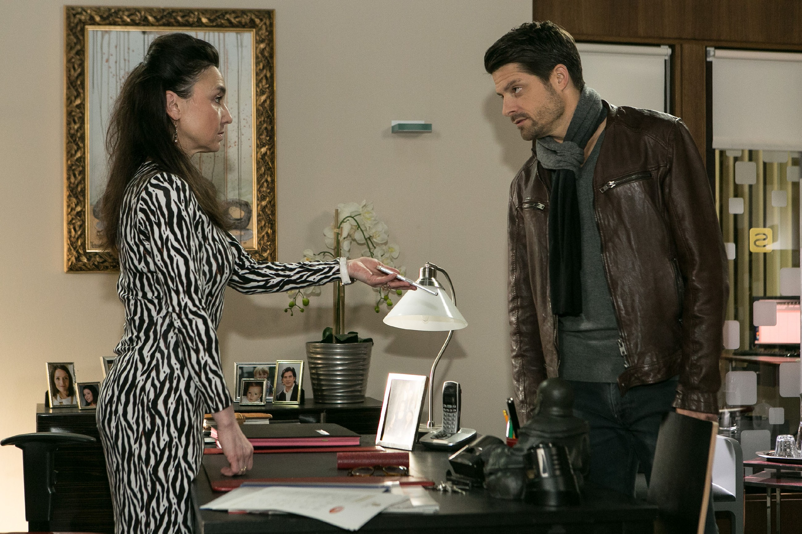 Simone (Tatjana Clasing) versucht Vincent (Daniel Buder) davon zu überzeugen, dass er ihr vertrauen kann. (Quelle: RTL / Kai Schulz)