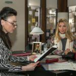 Simone (Tatjana Clasing, l.) unterschreibt die Vereinbarungen, mit denen Diana (Tanja Szewczenko) für optimale Trainingsbedingungen sorgt. (Quelle: RTL / Kai Schulz)