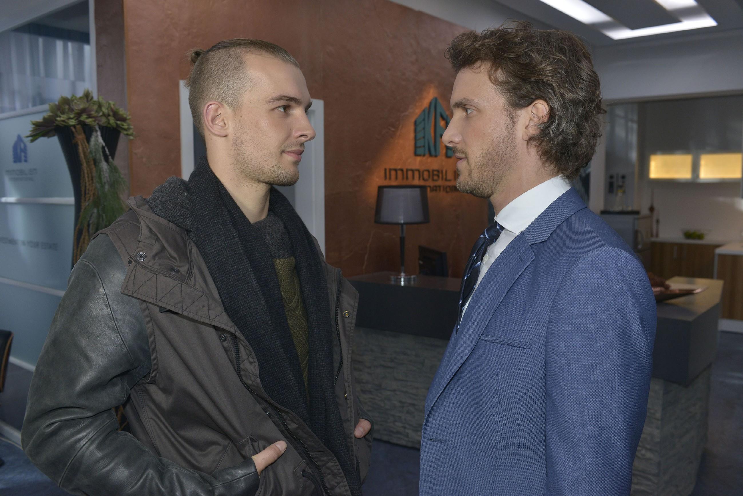 Felix (Thaddäus Meilinger, r.) stört sich an Rosas und Chris' (Eric Stehfest) verbessertem Verhältnis und kann seine Wut auf seinen Bruder nur schwer zurückhalten. (Quelle: RTL / Rolf Baumgartner)